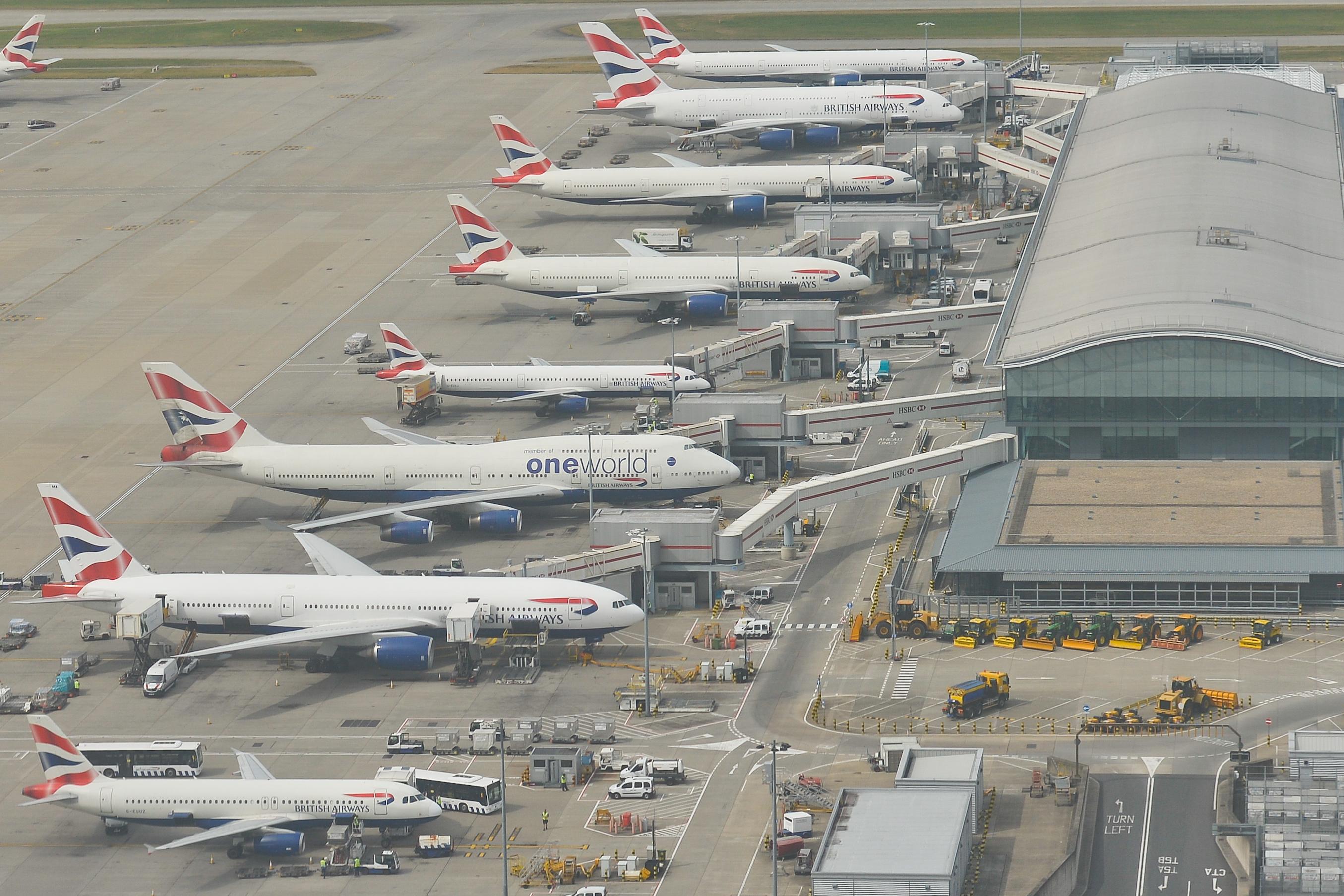 A British Airways eladja a műalkotásait, hogy ne küldjenek el 12 ezer embert