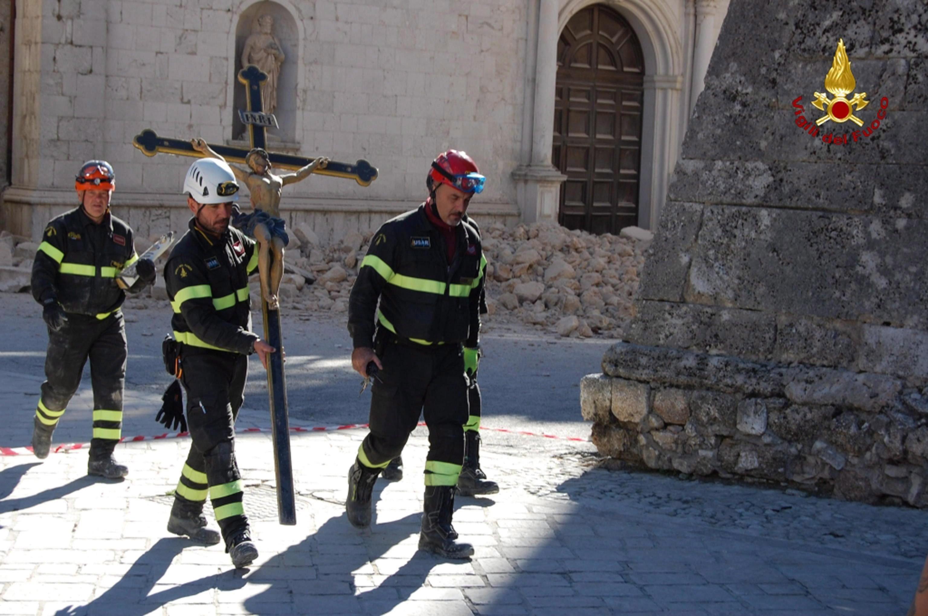 A nap képén olasz tűzoltók viszik a keresztet