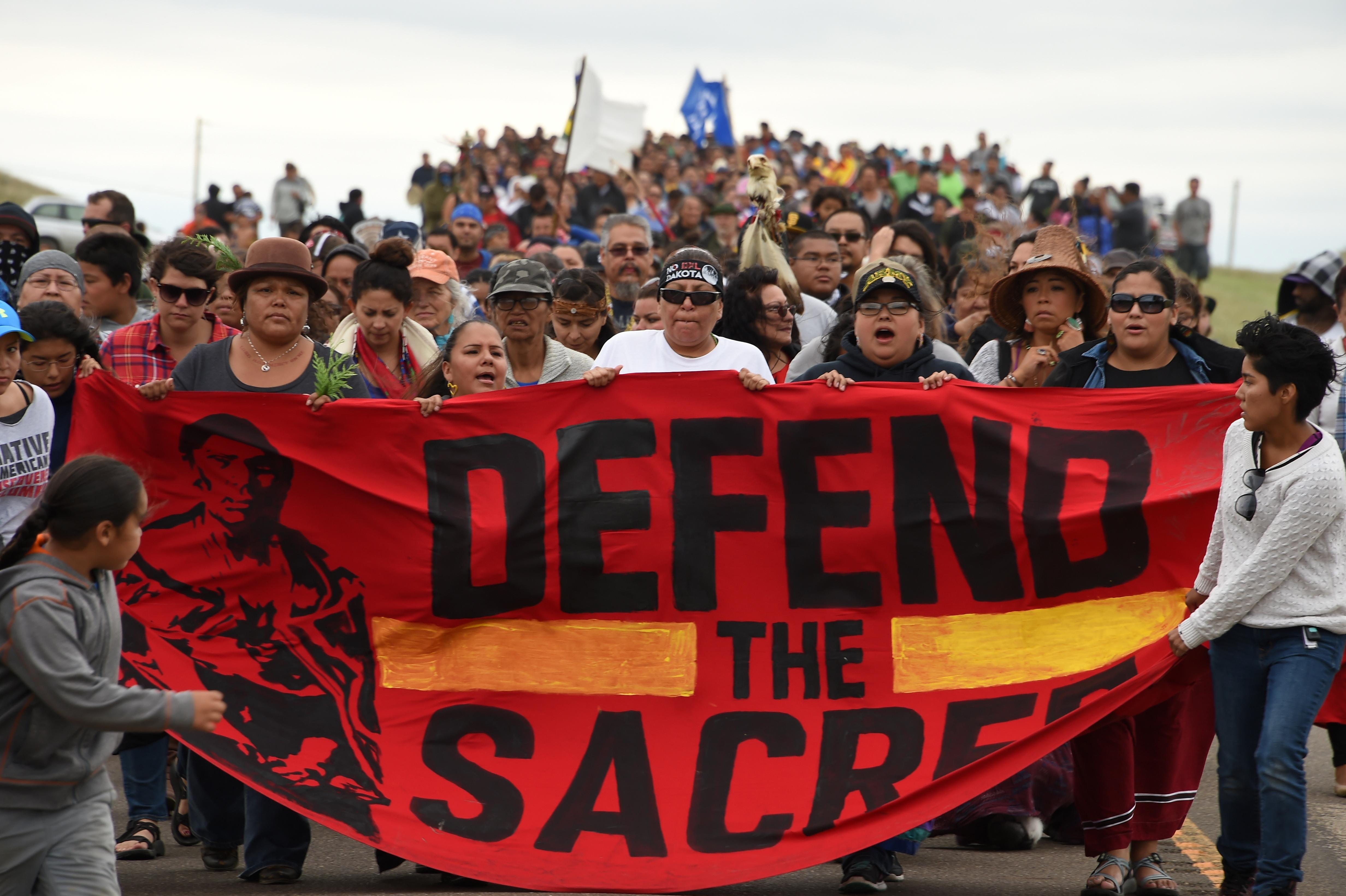 Clinton és Trump is lapít, miközben indiánok szent földjén zajlik az év nagy környezetvédelmi csatája