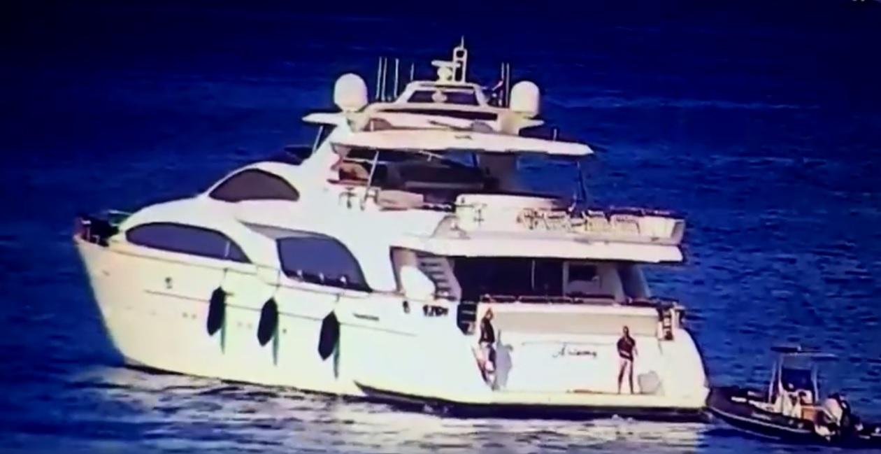 Ghaith Pharaon hajóját valahogy épp Mészáros Lőrinc jachtja mellé sodorta nyáron a tenger