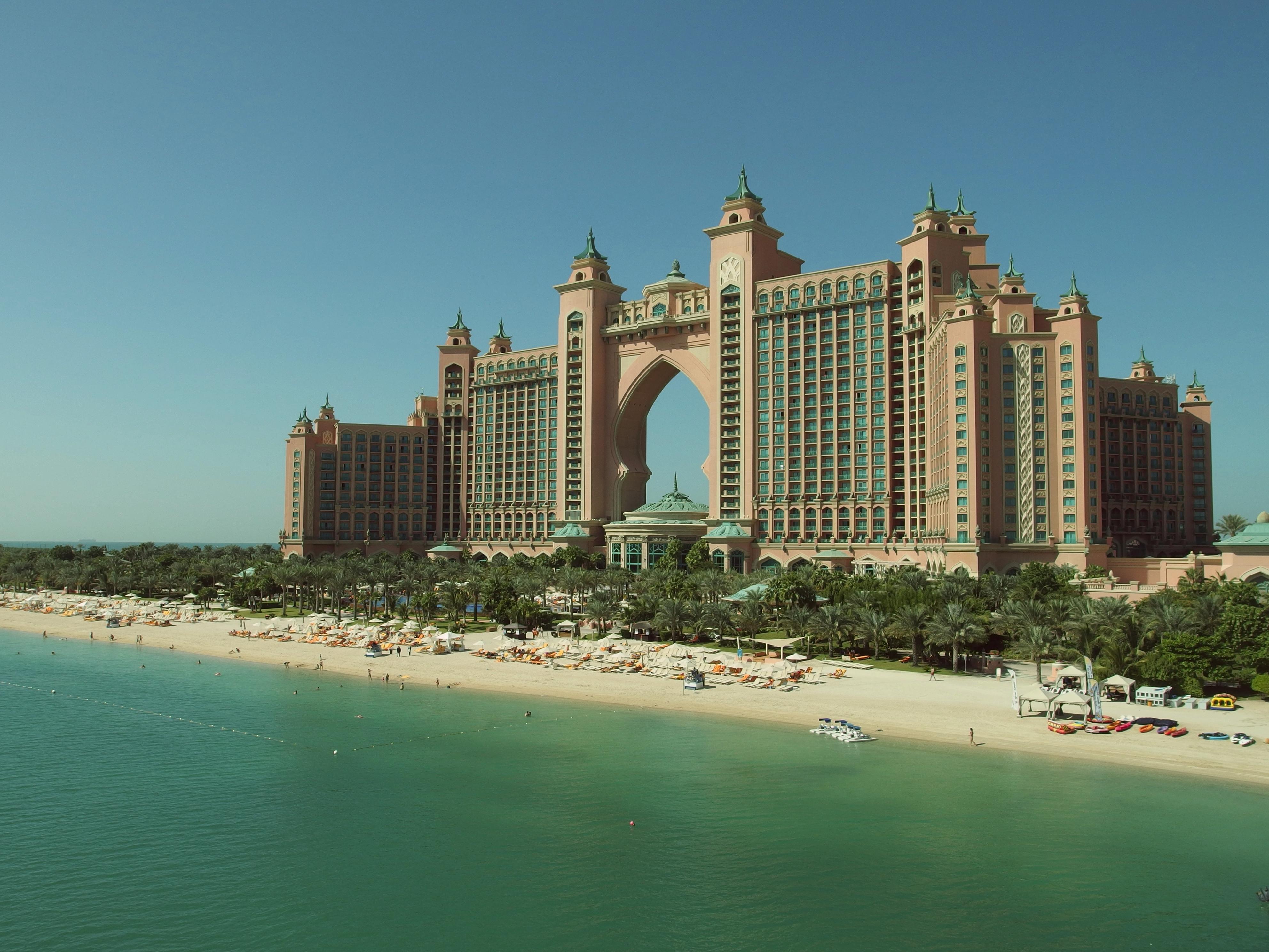 Juhász Péter szerint Rogán Antal egy 5 csillagos dubaji szállodában szállt meg, a minisztérium ezt tagadja