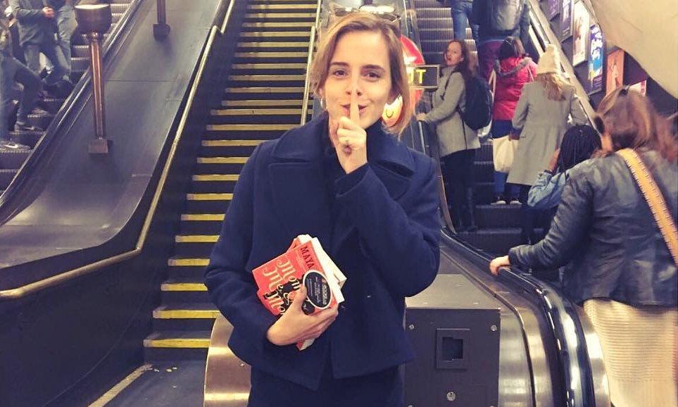 Emma Watson könyveket veszít el a londoni metrón, és abban bízik, hogy aki megtalálja, elolvassa majd azokat
