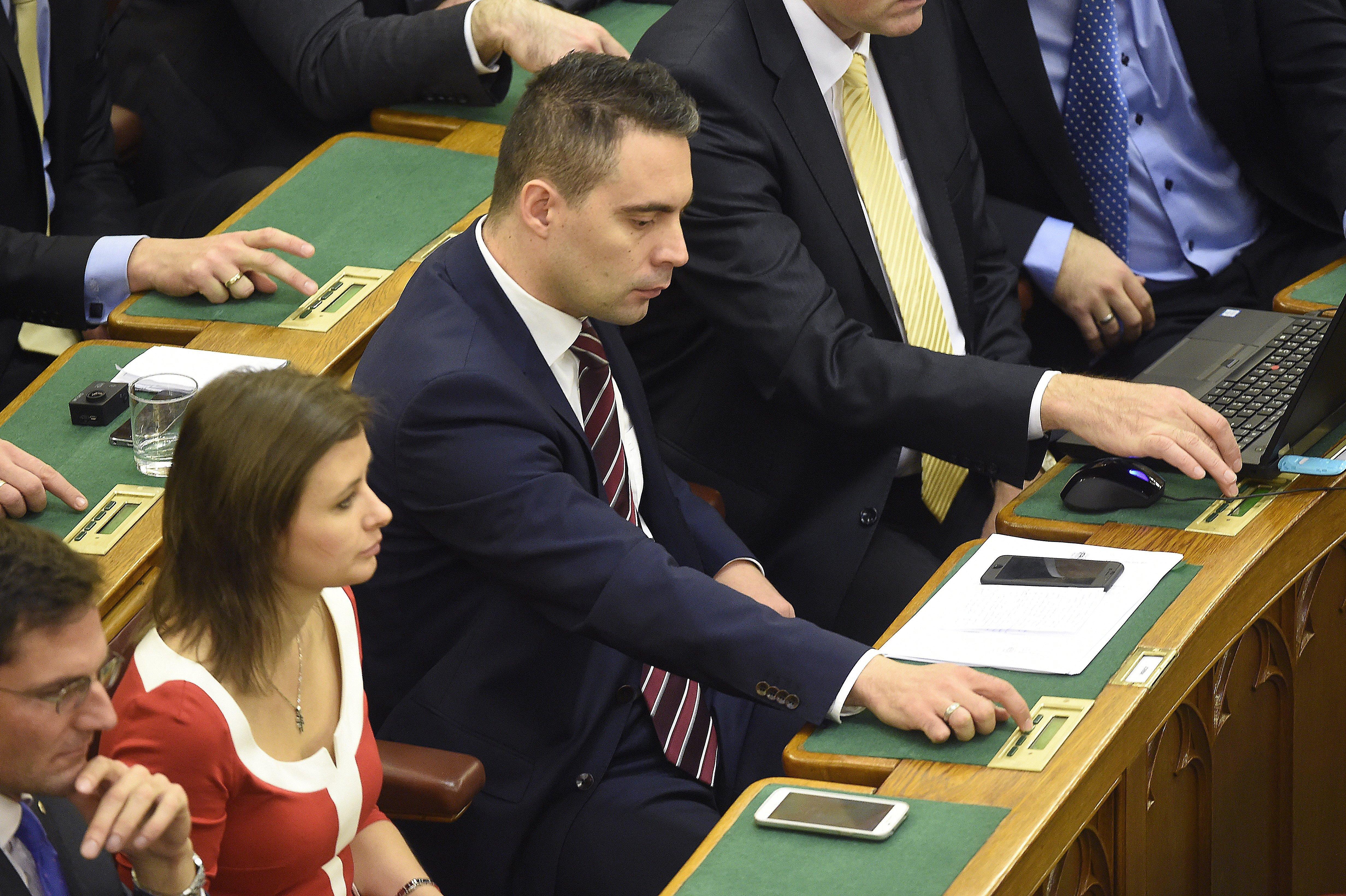 Vona: Orbán és a Fidesz az elmúlt hat évben elszokott a demokráciától