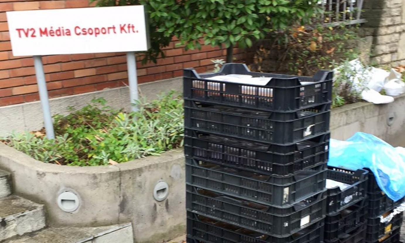 Miután távoztak a hajléktalanok TV2-székház elé szervezett ételosztásról, a csatorna nagy duzzogva lerakott a térre 150 adag gulyáslevest