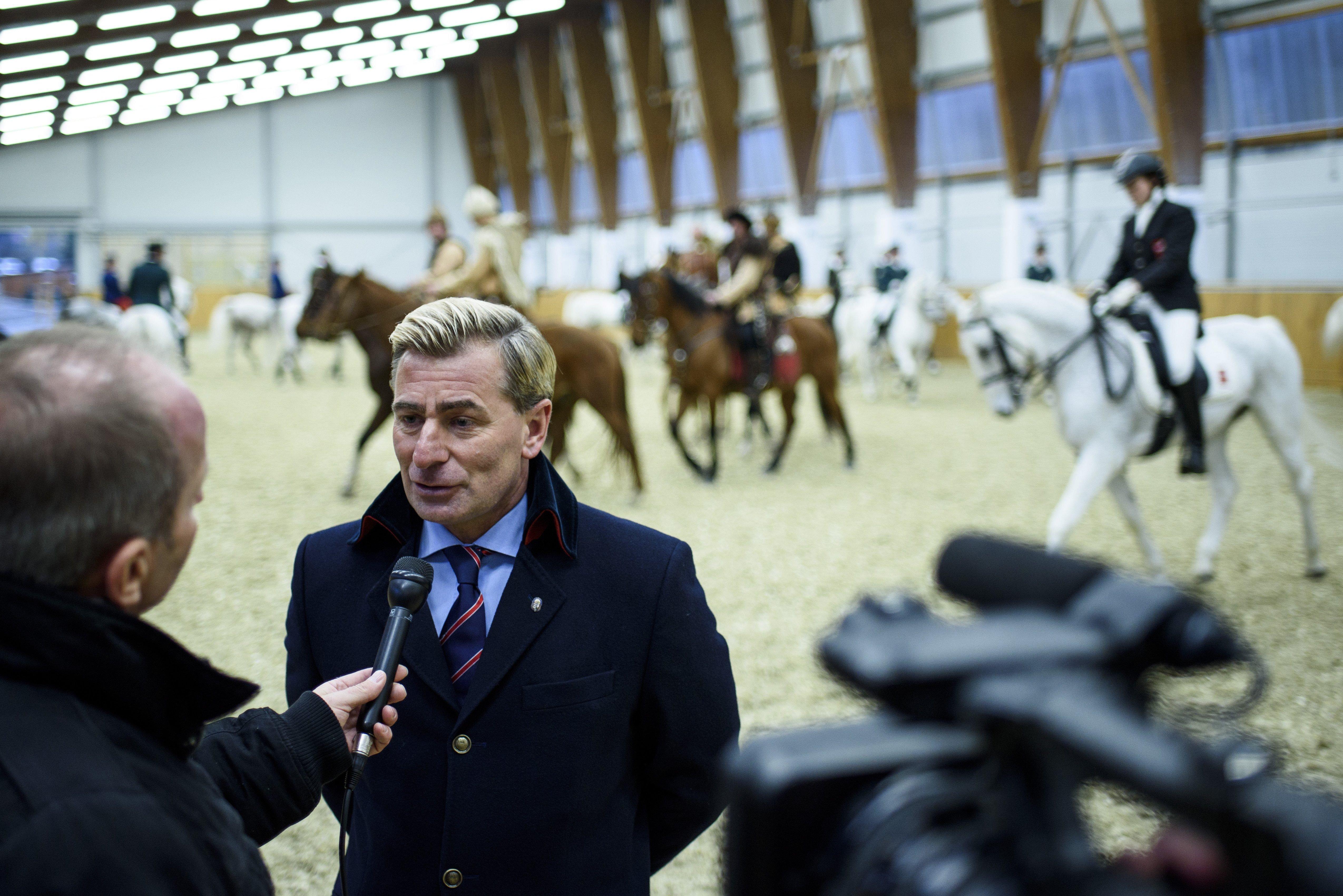 A CBA-vezér beszél az állami milliárdokból Mészáros Lőrinc által felújított lovasközpont átadóján