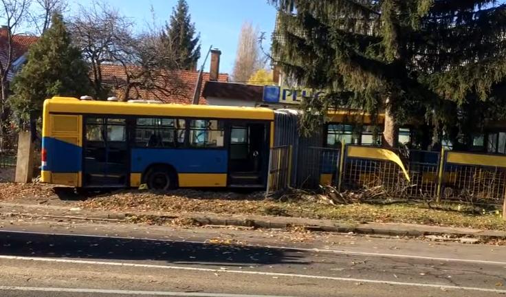 Kertbe hajtott egy busz Pécsnél