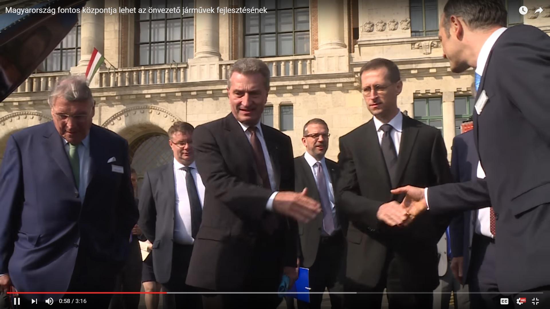 A német EU-biztos elismerte, hogy az oroszbarát üzletember gépével jött Orbánhoz látogatóba