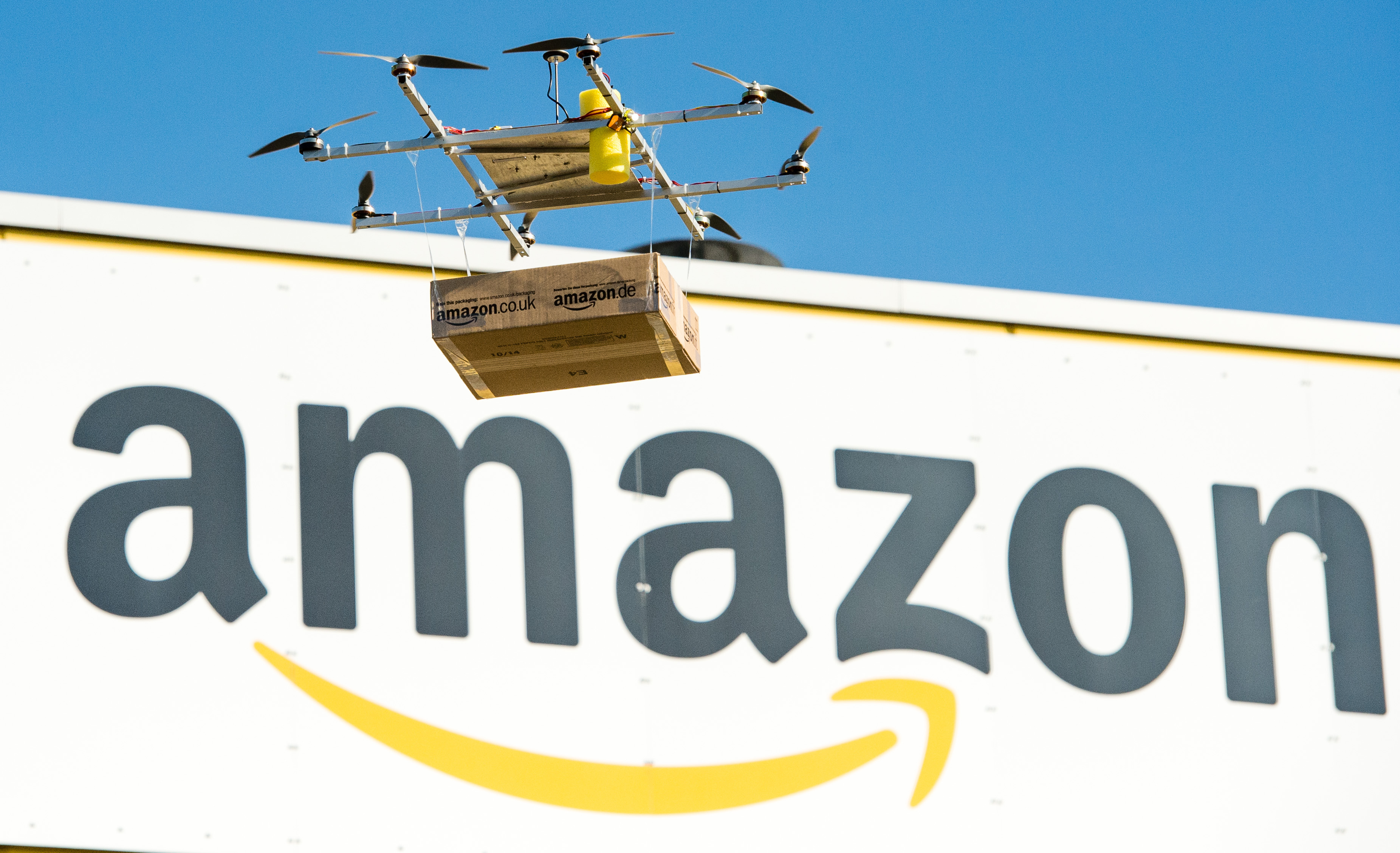 Nyomkövetőt szerelne a raktáraiban dolgozókra az Amazon