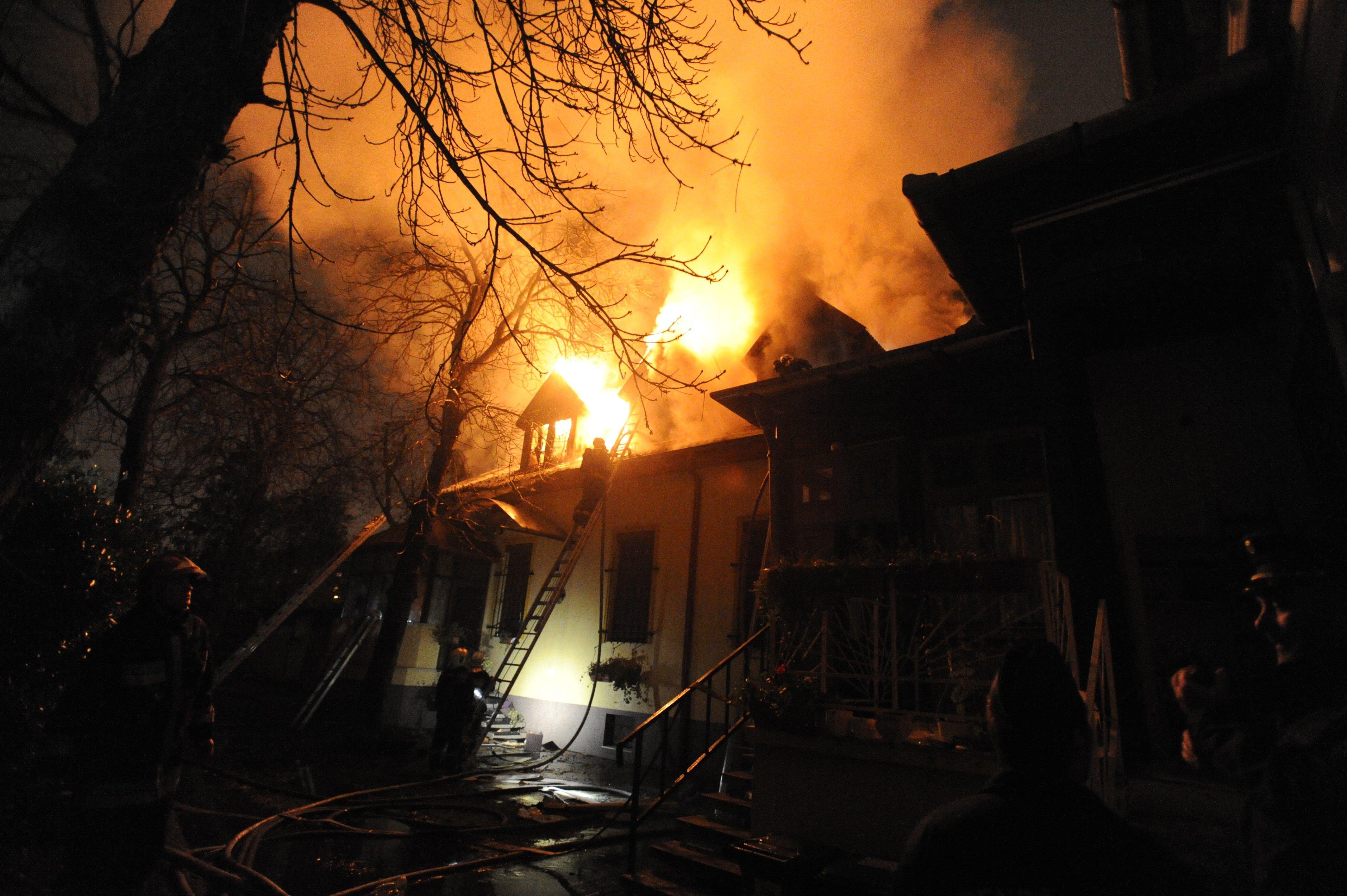 Égő házból mentett ki három rendőr egy idős asszonyt