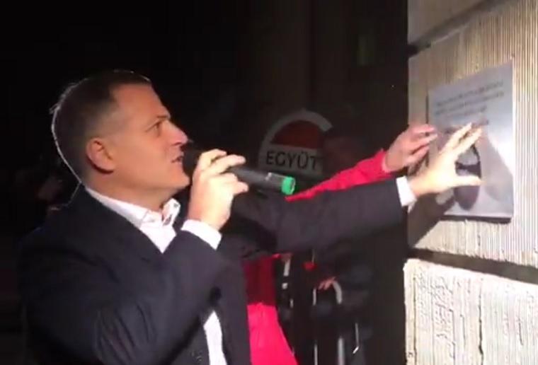 Korrupciós emléktáblát avattak Rogán Antal tiszteletére, de a tábla fél órán belül eltűnt