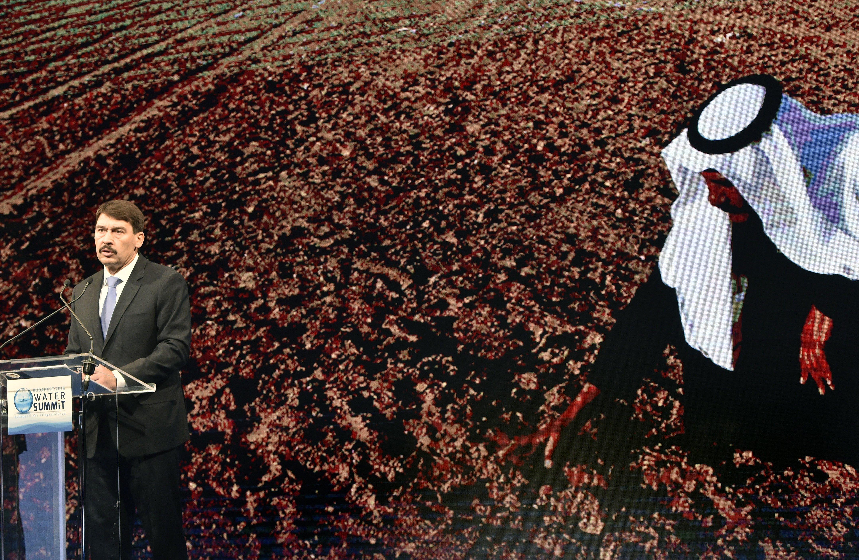 Áder János száraz földet markolászó arabbal (fotó, digitális, 2000×1305, ingyenes)