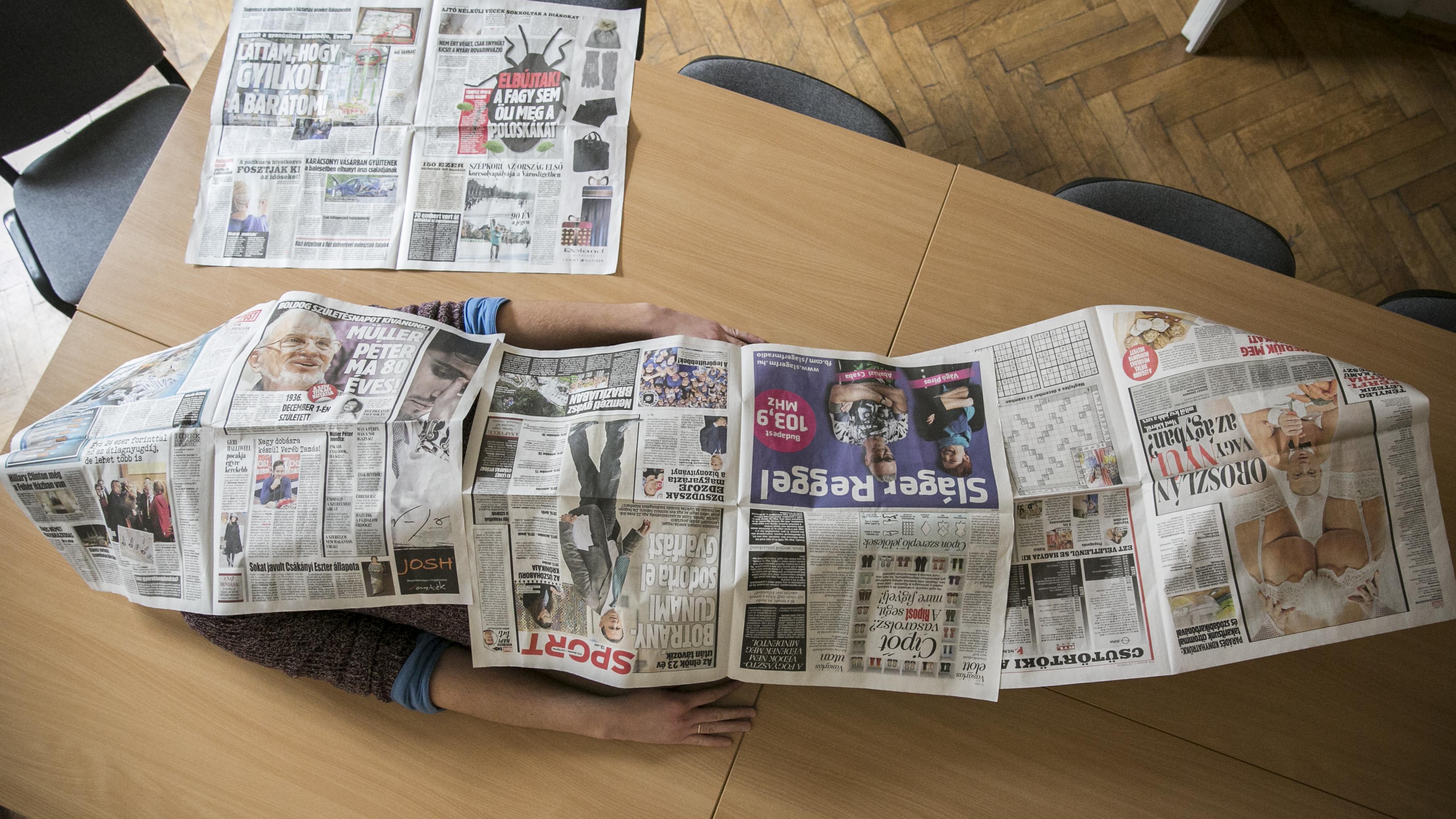 Egy 195 centis embert meg a kutyáját is be lehet takarni a Habony Művek legújabb nyomtatott napilapjával, a Riposttal