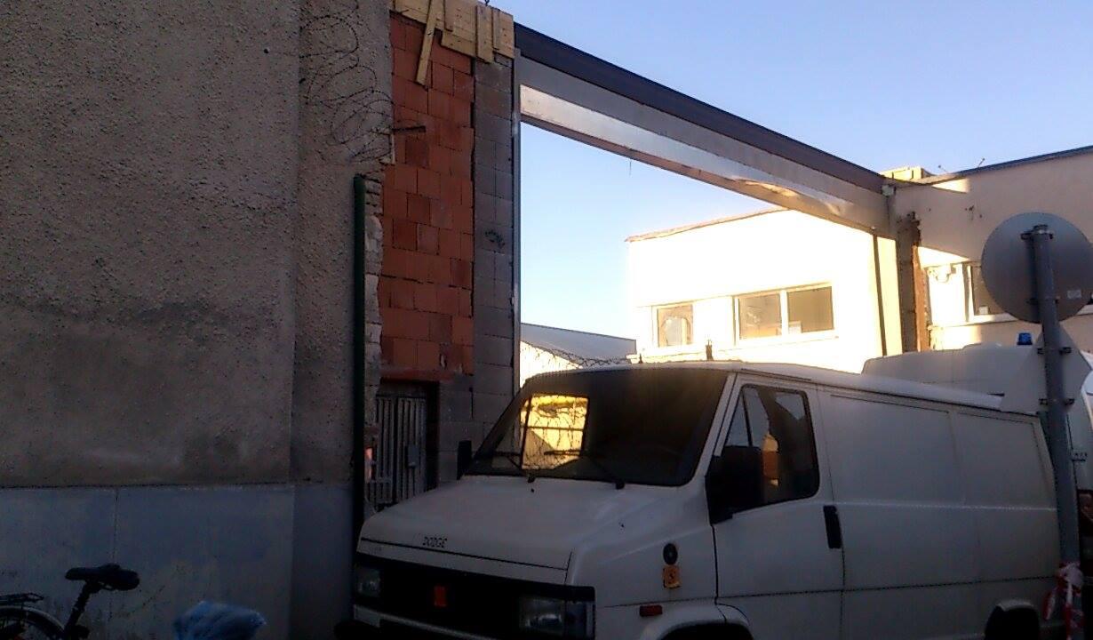 Kidöntötte a vihar a váci börtön kapuját, most egy fehér kisbusz torlaszolja el a kijáratot a rabok előtt