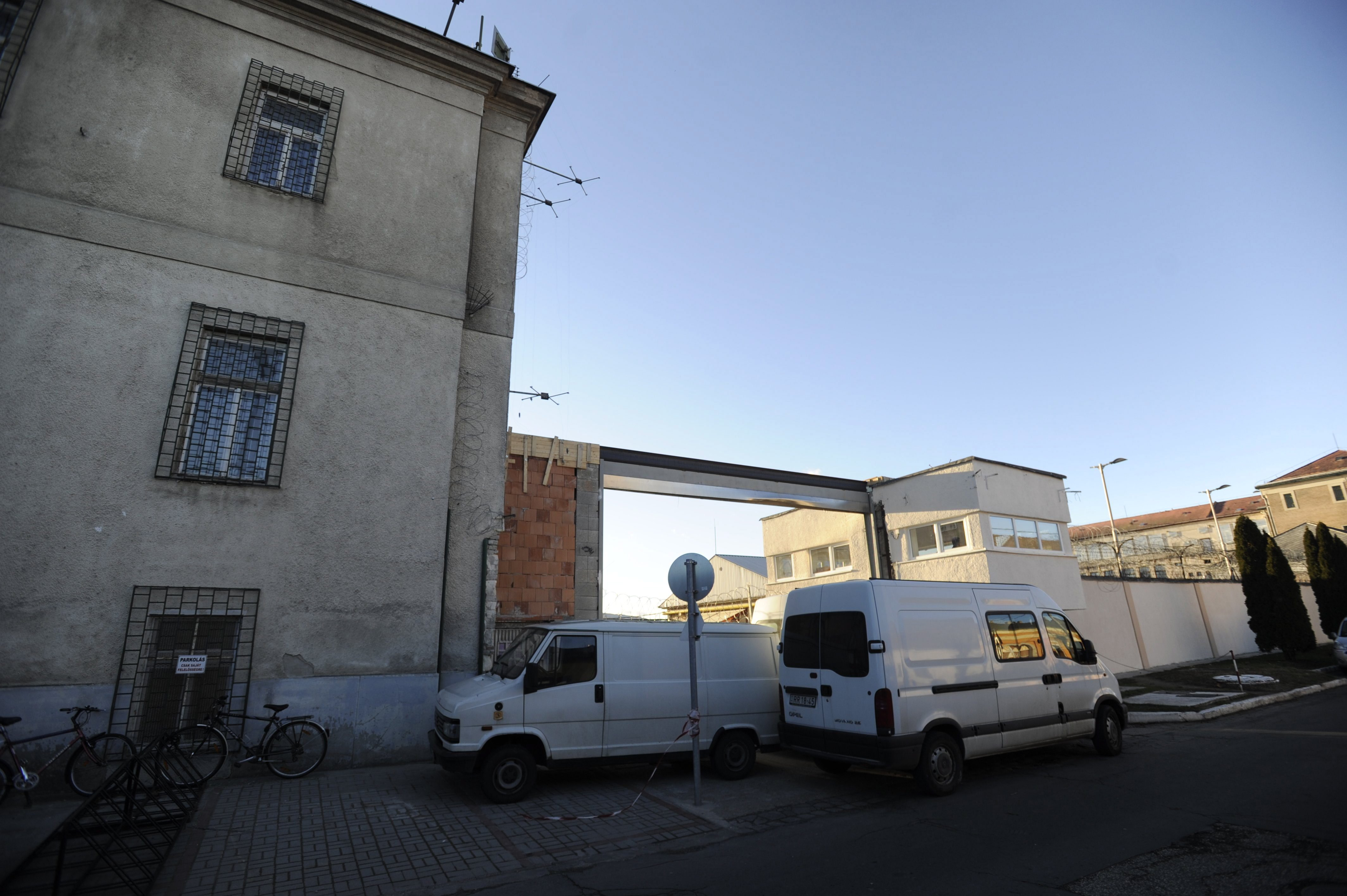 Tökéletes képek a váci börtön elől, ahol kisbusz helyettesíti a viharban kidőlt kaput