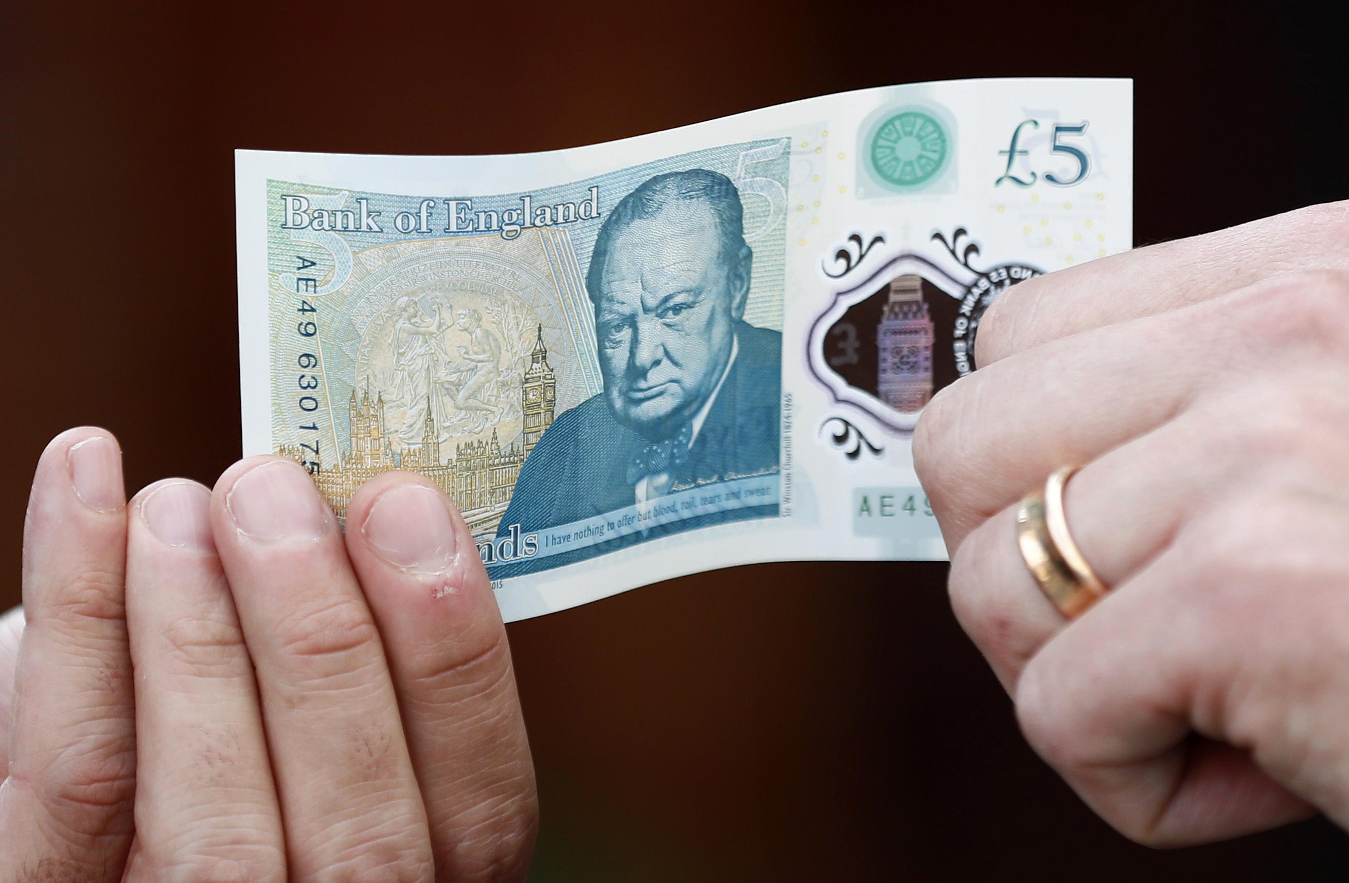 Egy észak-angliai faluban valaki öt éve 2000 fontos pénzkötegeket hagy az utcán