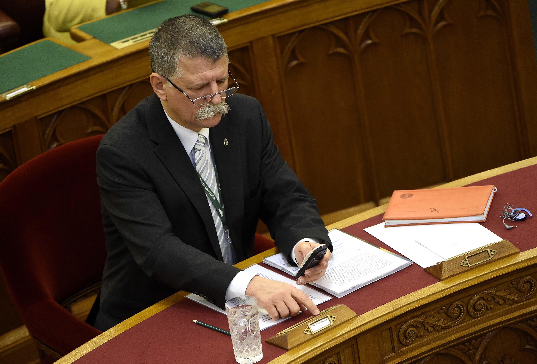 Kövér László nem engedi Jeszenszky Gézát szólni a parlamentben