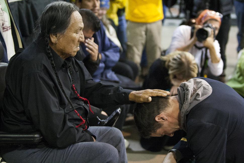 Megbocsátott az indián törzs a sápadtarcúaknak