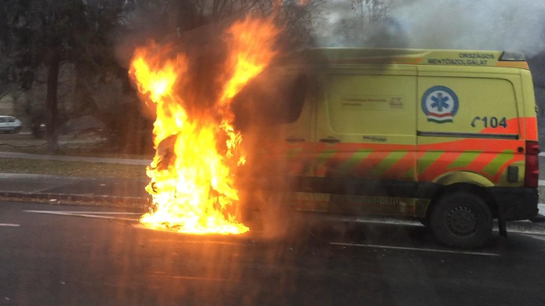 Kigyulladt egy mentőautó a Tabánnál