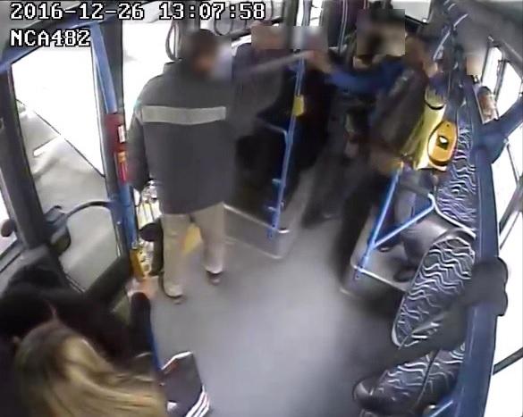 Ez a férfi gázspray-vel lefújta, majd megütötte az utastársát