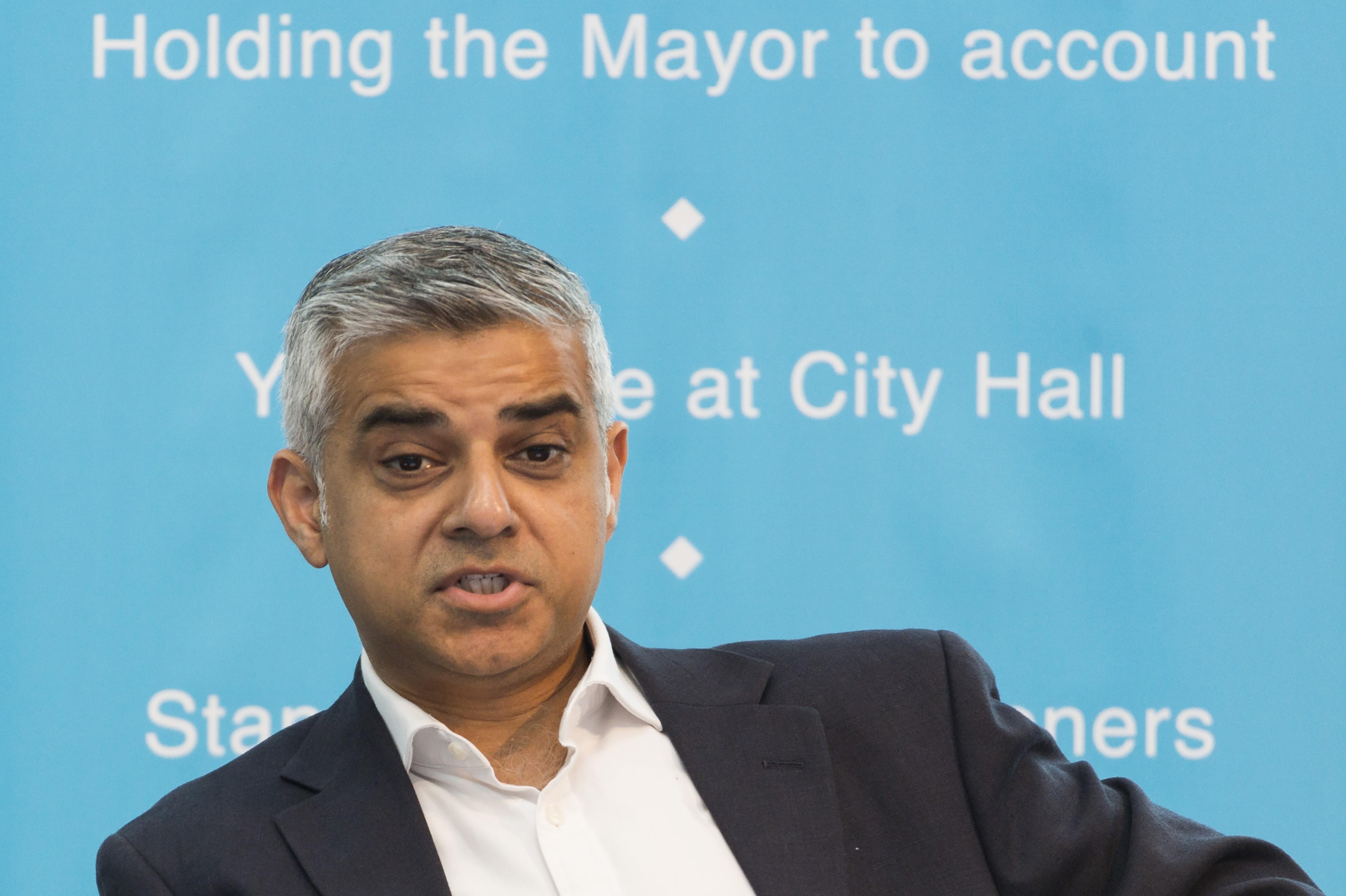 London polgármestere arra kéri a Premier League csapatait, járuljanak hozzá pénzzel a meccseik rendőri biztosításához