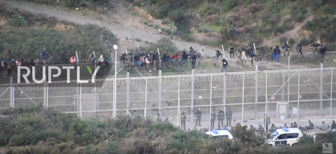 Az éjjel több mint háromszáz migráns mászott át a kerítésen Marokkóból Ceutába