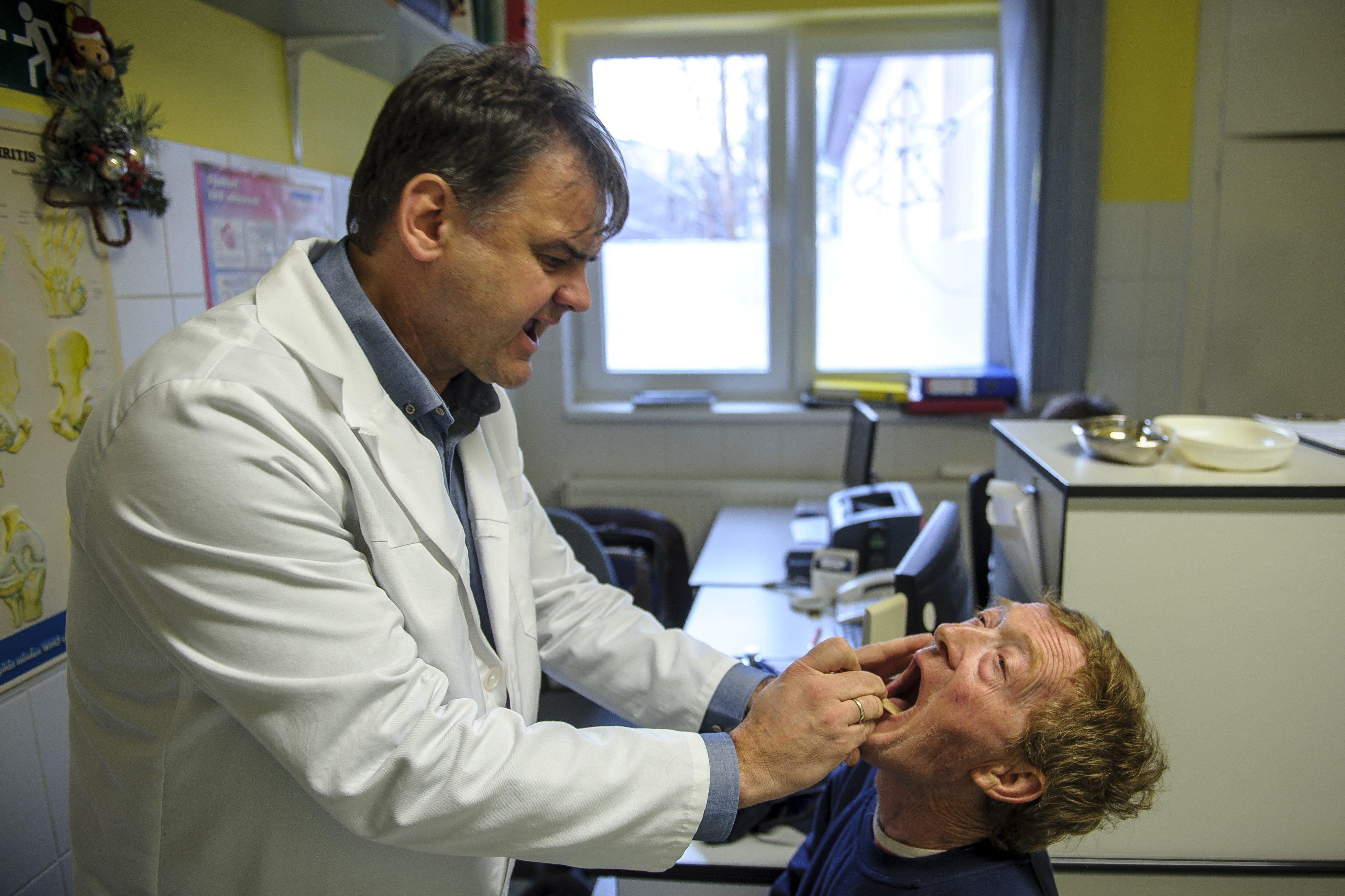 A praktizáló magyar háziorvosok 44 százaléka elmúlt hatvan, 11 százalékuk pedig a hetvenen is túl van