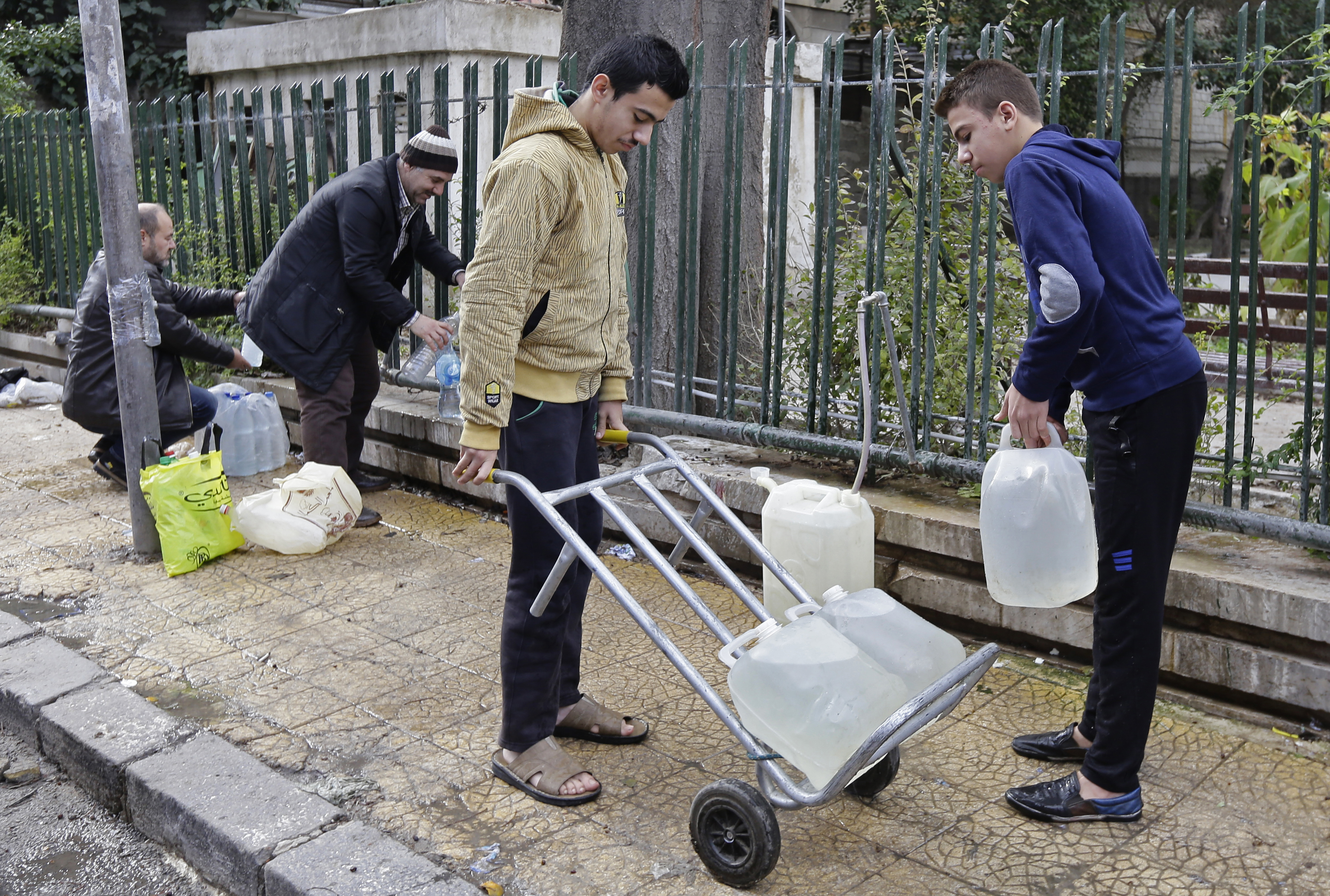 Már két hete nem jut ivóvízhez ötmillió szíriai