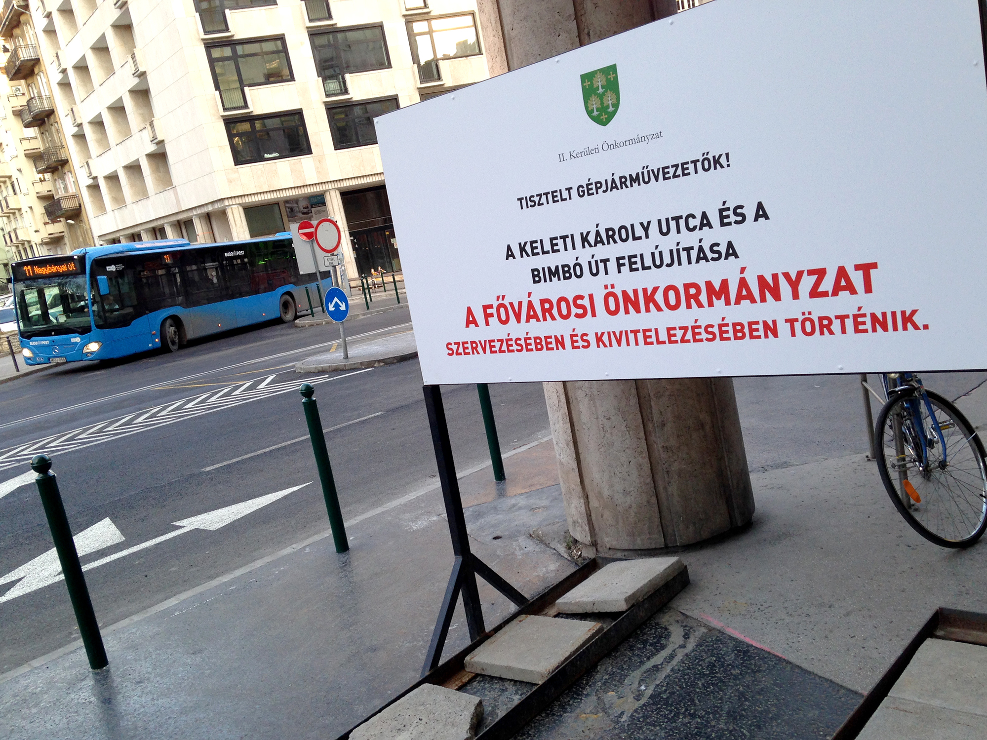 """Kint felejtette az önkormányzat a """"nem mi voltunk"""" táblát a felújított Bimbó út mellett"""