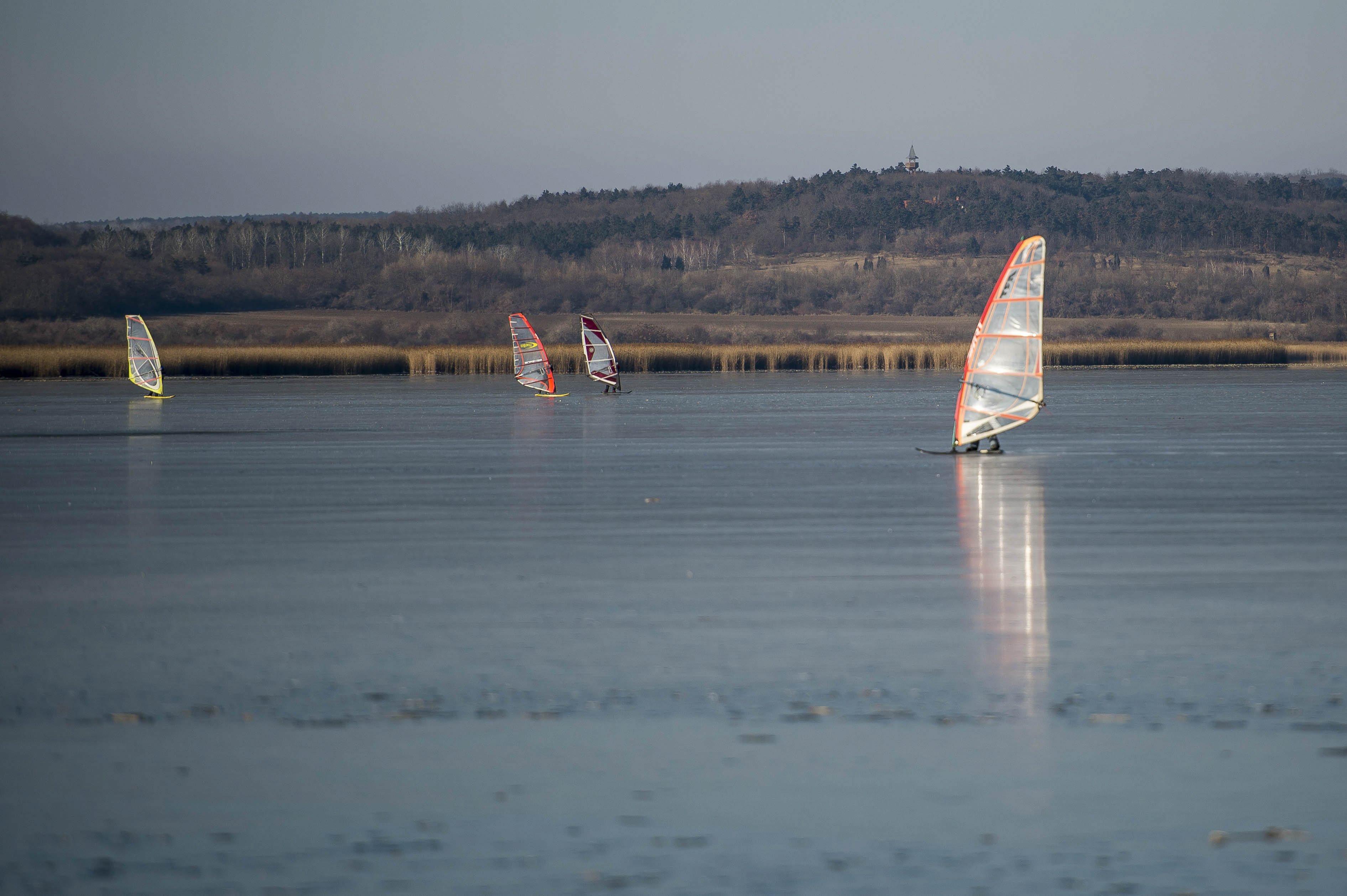 Négy strandot is bezárattak a Velencei-tónál