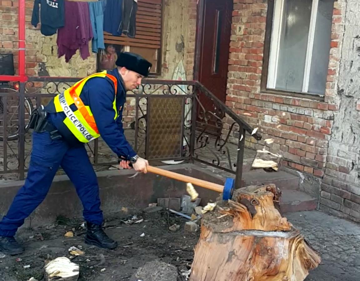 Rendőrök segítettek a négy gyerekével fűtetlen házban élő anyán