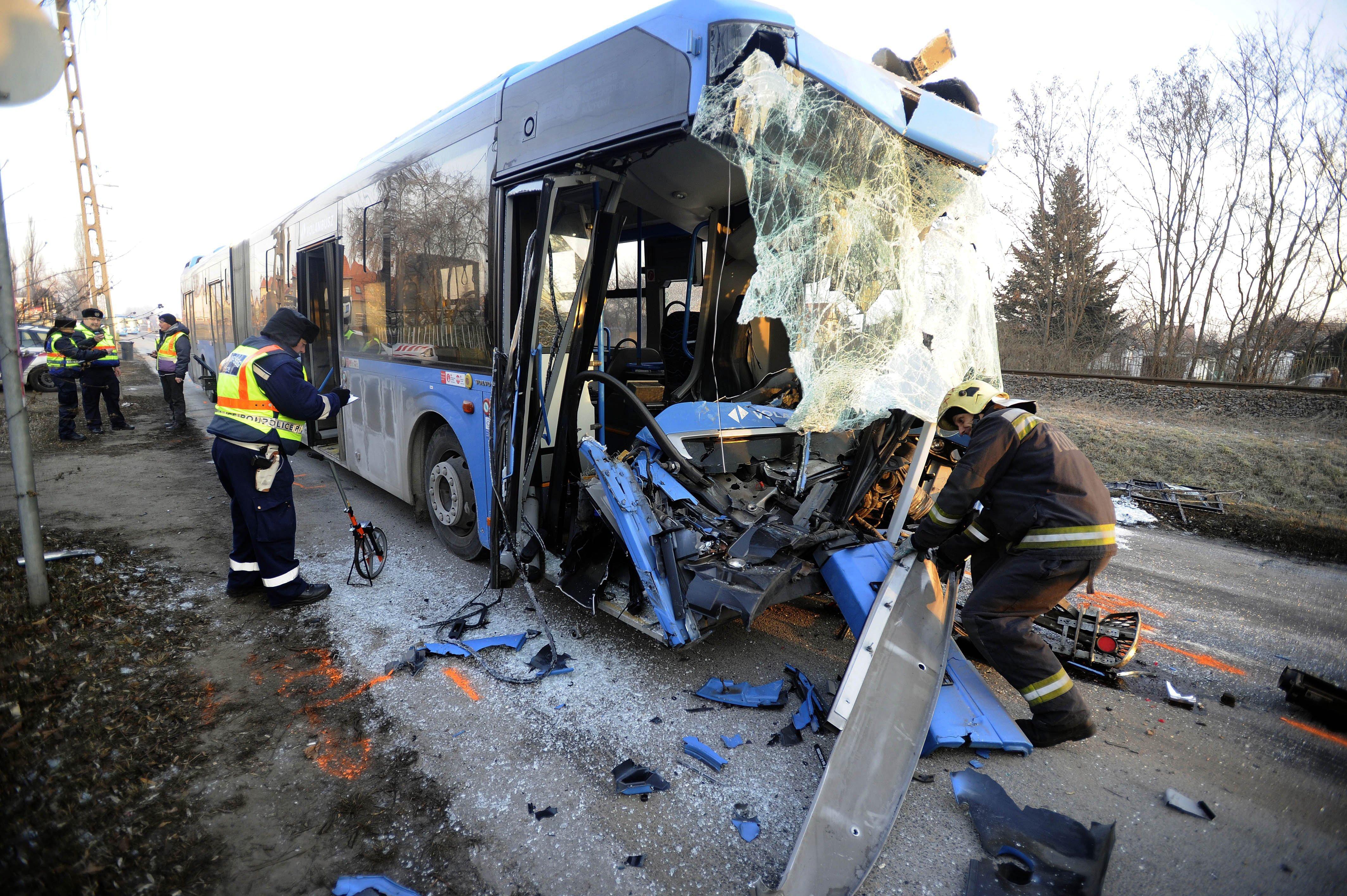 Kukásautó és busz karambolozott