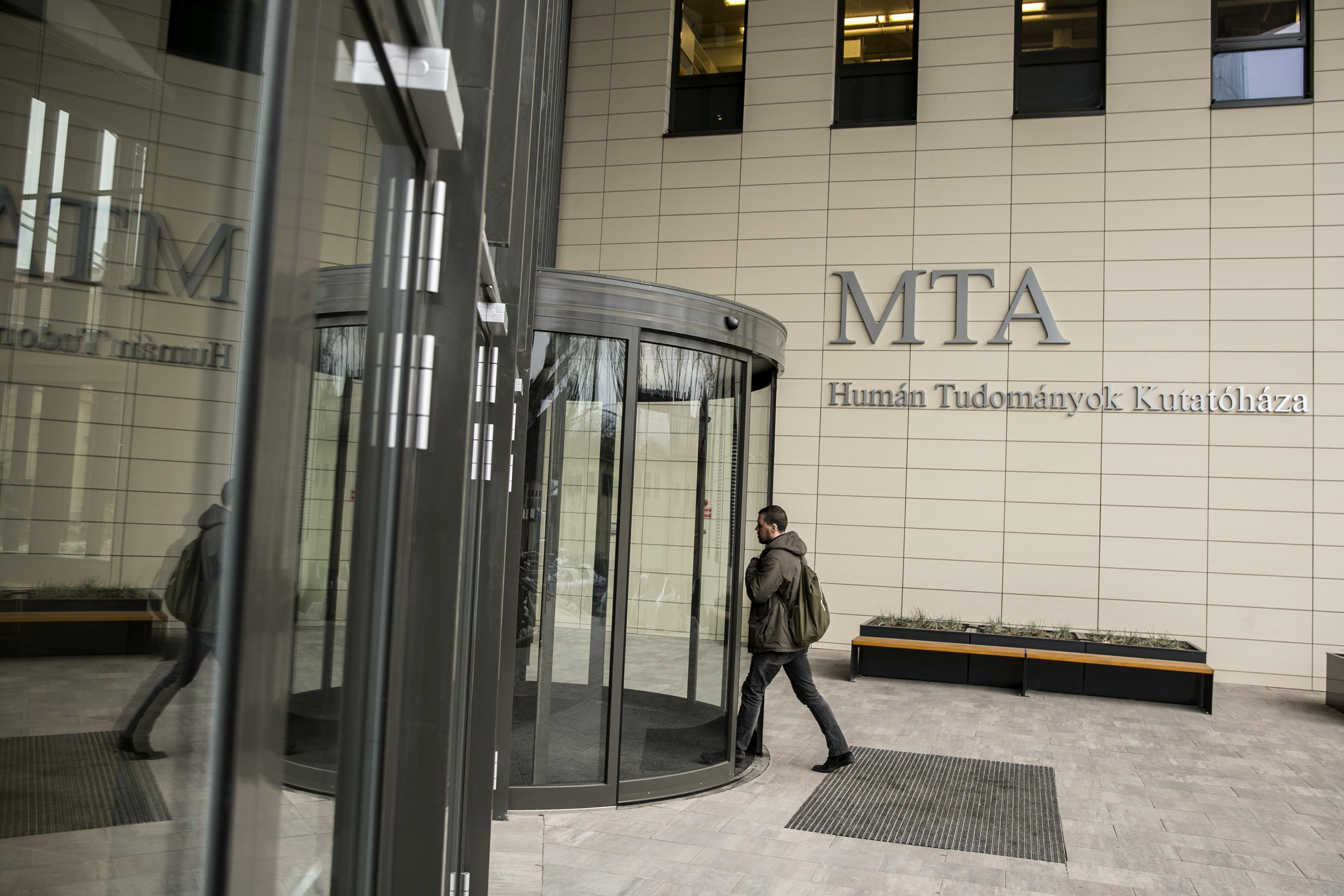 """""""A CEU-ügy után ez újabb súlyos támadás a tudomány autonómiája ellen"""" – írják akadémikusok az MTA kutatóintézeteinek tervezett államosításáról"""