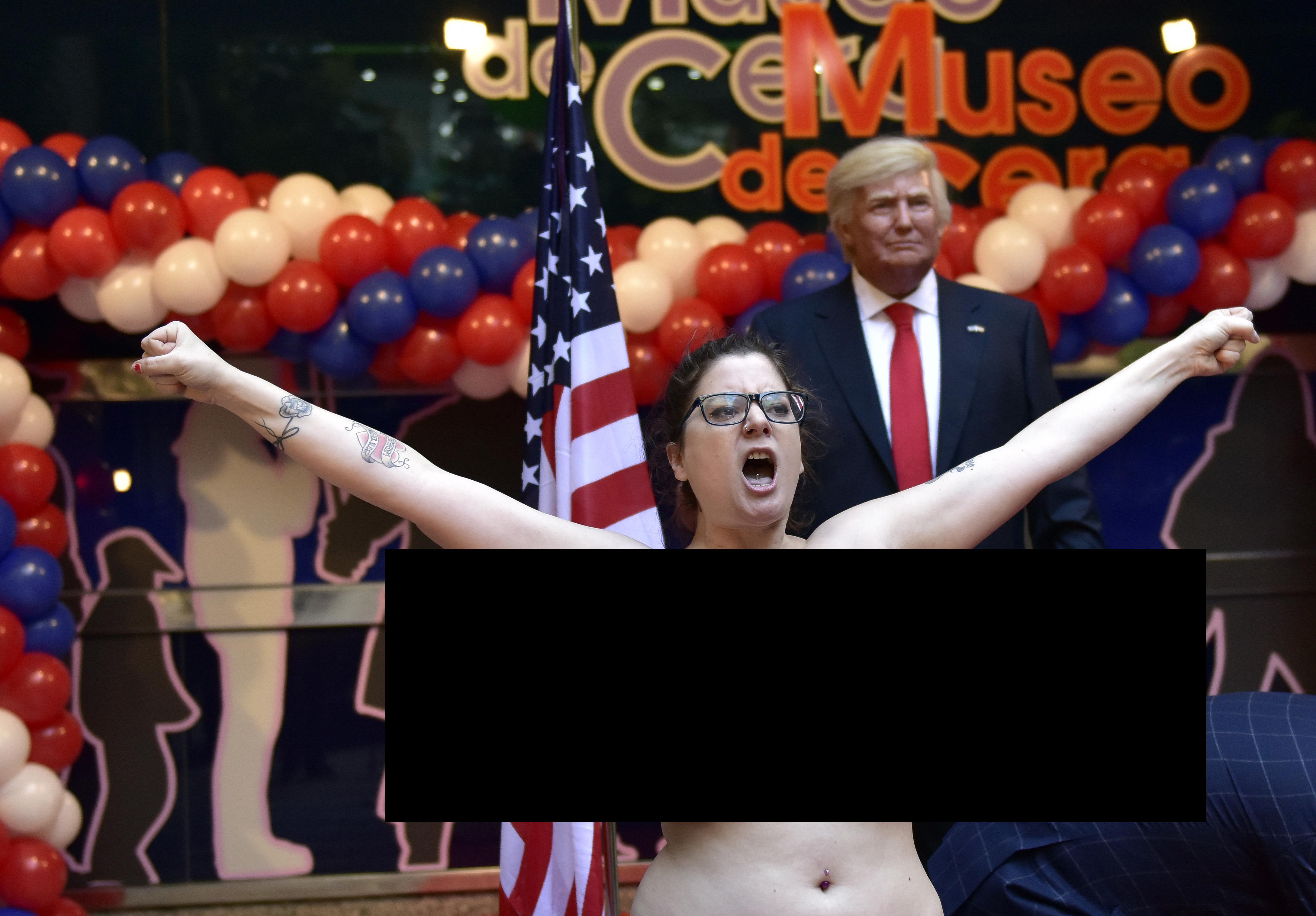 Félmeztelen Femen-aktivista szorongatta meg Donald Trump viaszszobrának tökét Madridban