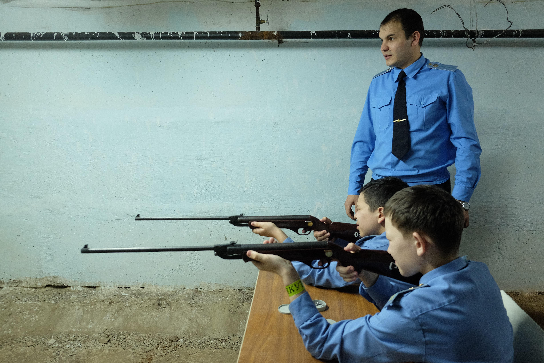 Középiskolásoknak indít katonai képzést a kormány