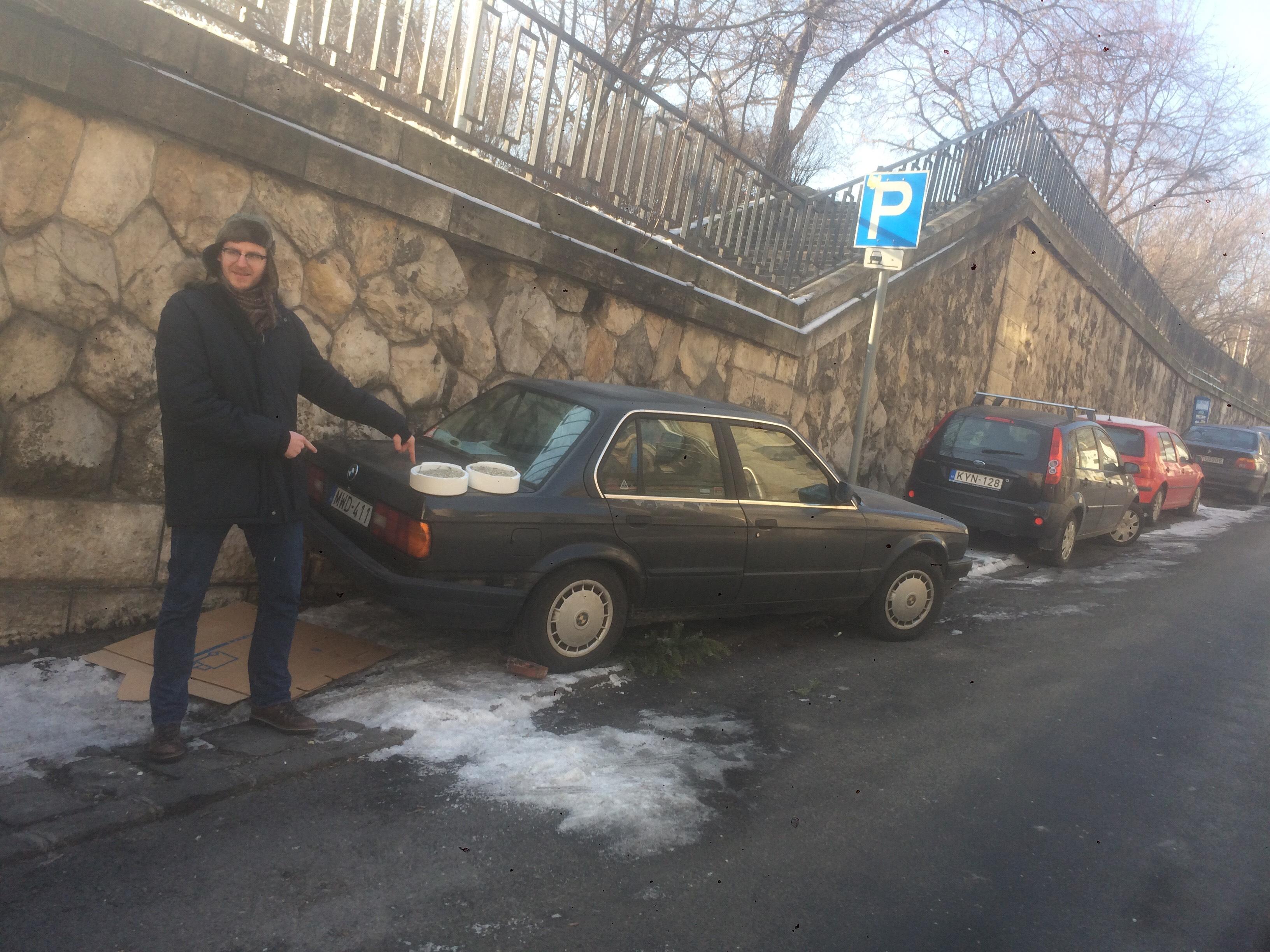 Óránként 465 forint a parkolás, de nem takarítják el a jeget. Ha emiatt lezúzod az autód? Oldd meg magad, üzeni az önkormányzat