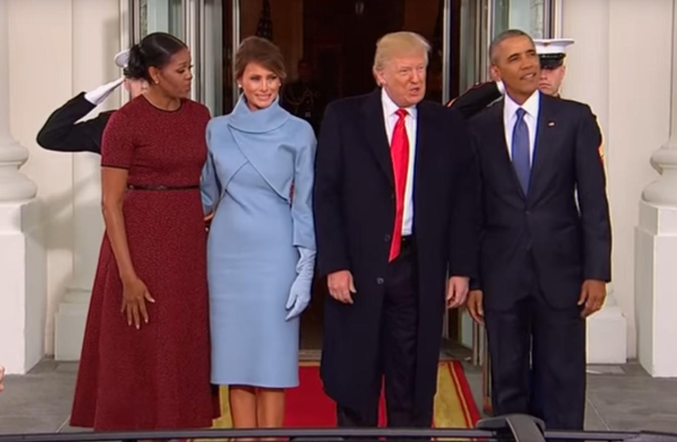 Jézusom, micsoda szexkesztyűben jelent meg Trump felesége a Fehér Ház kapujában!
