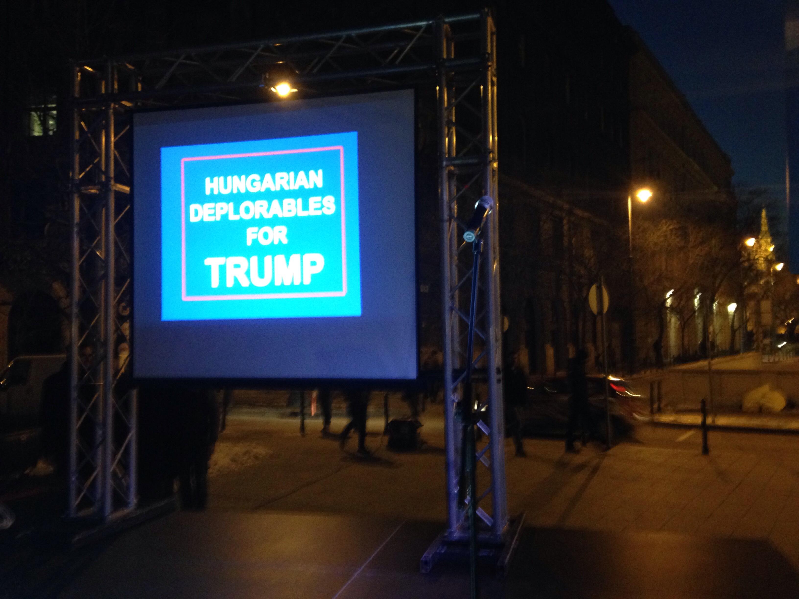 """""""Magyar szánnivalóak"""" támogatják Trumpot a Szabadság téren"""
