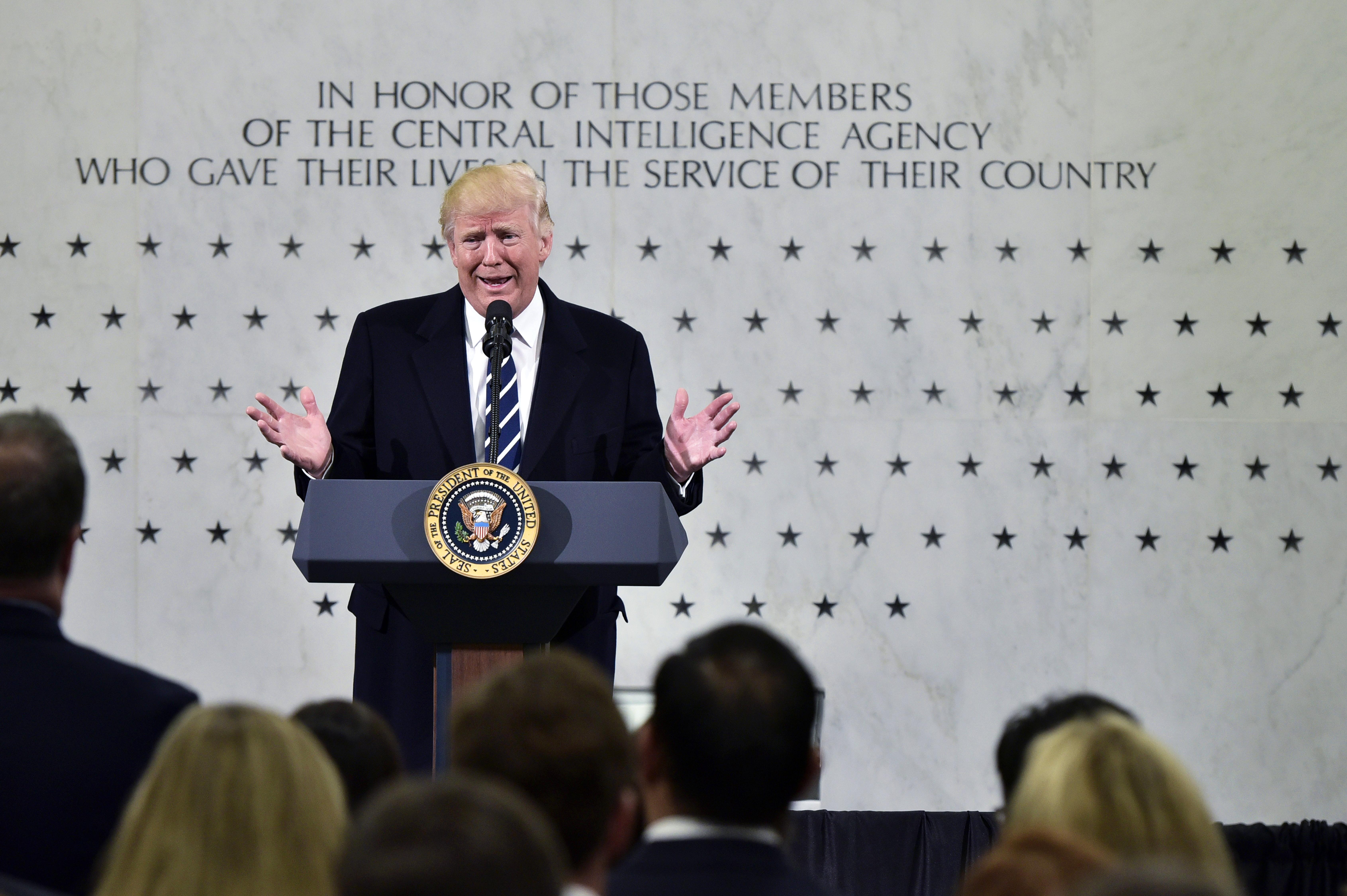 """""""Szeretlek titeket"""" – mondta Trump a hírszerzőknek a CIA-központban"""