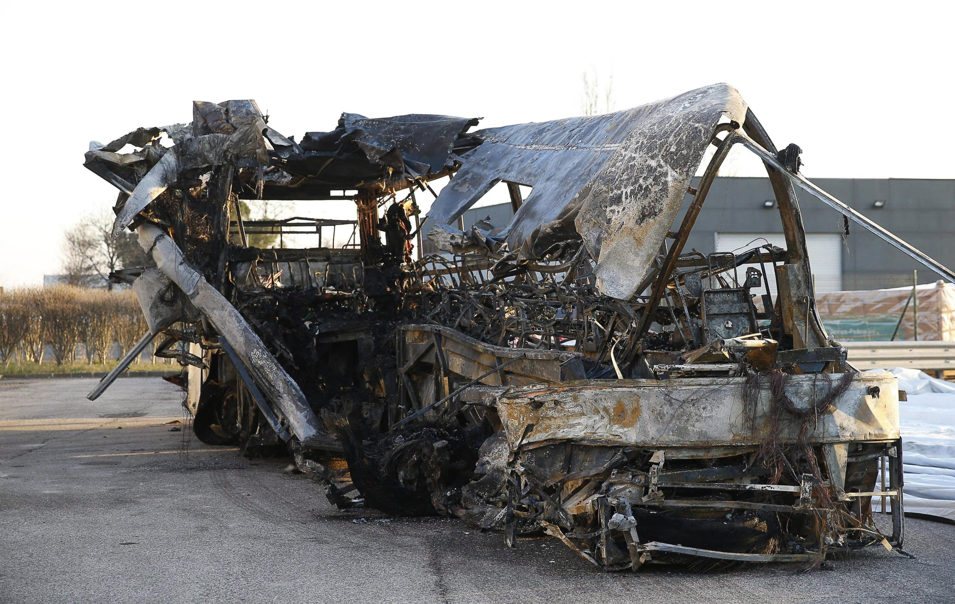 Engedély nélkül üléseket és plusz üzemanyagtartályt szereltek a Veronánál kigyulladó magyar buszba