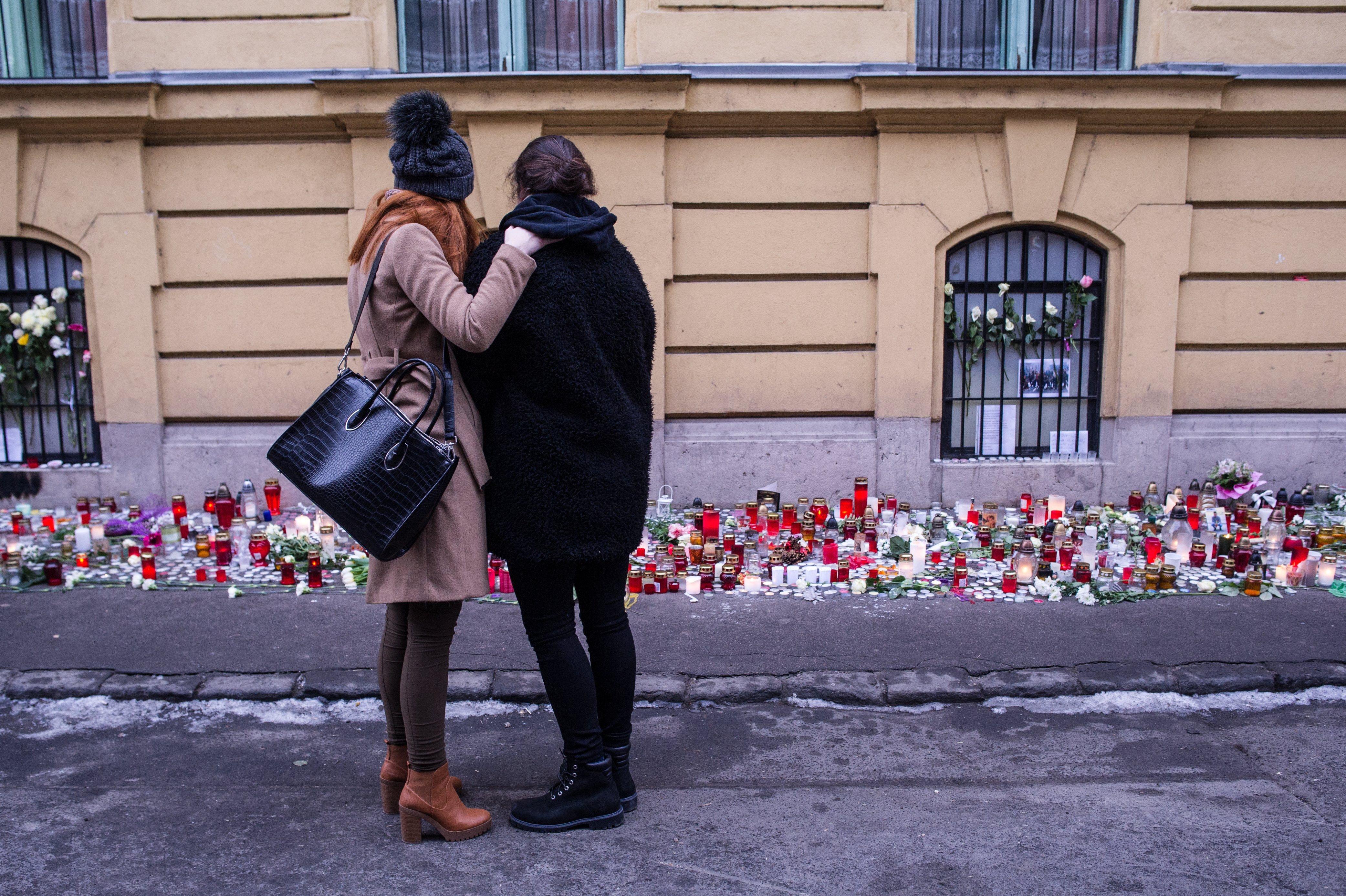 Elmeorvosi vizsgálatra küldték a veronai busztragédia áldozatainak rokonait