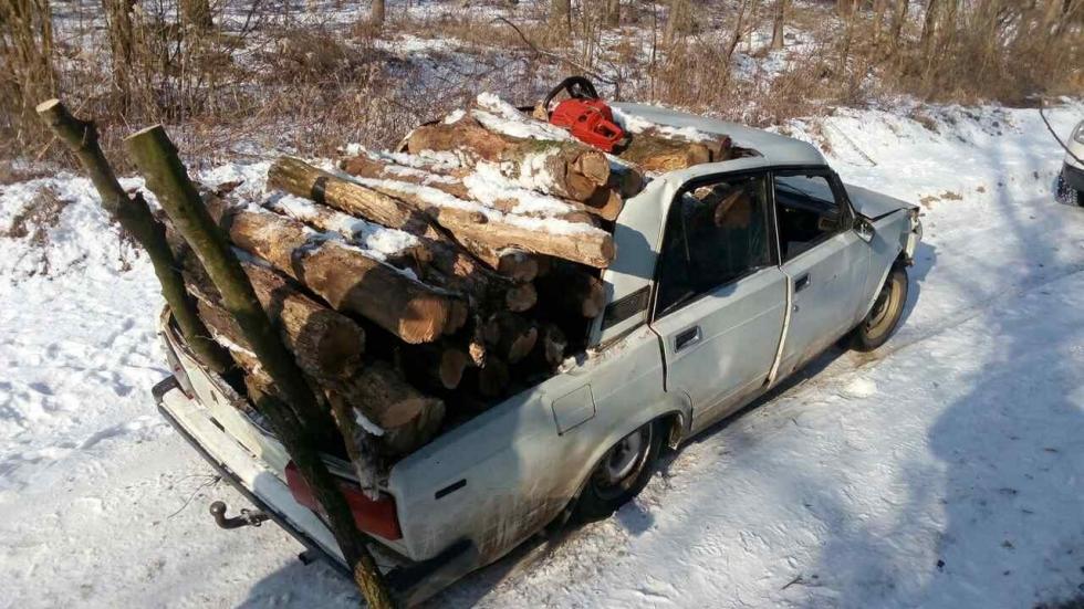 Fullra pakolták lopott fával a falopásra átalakított Ladát