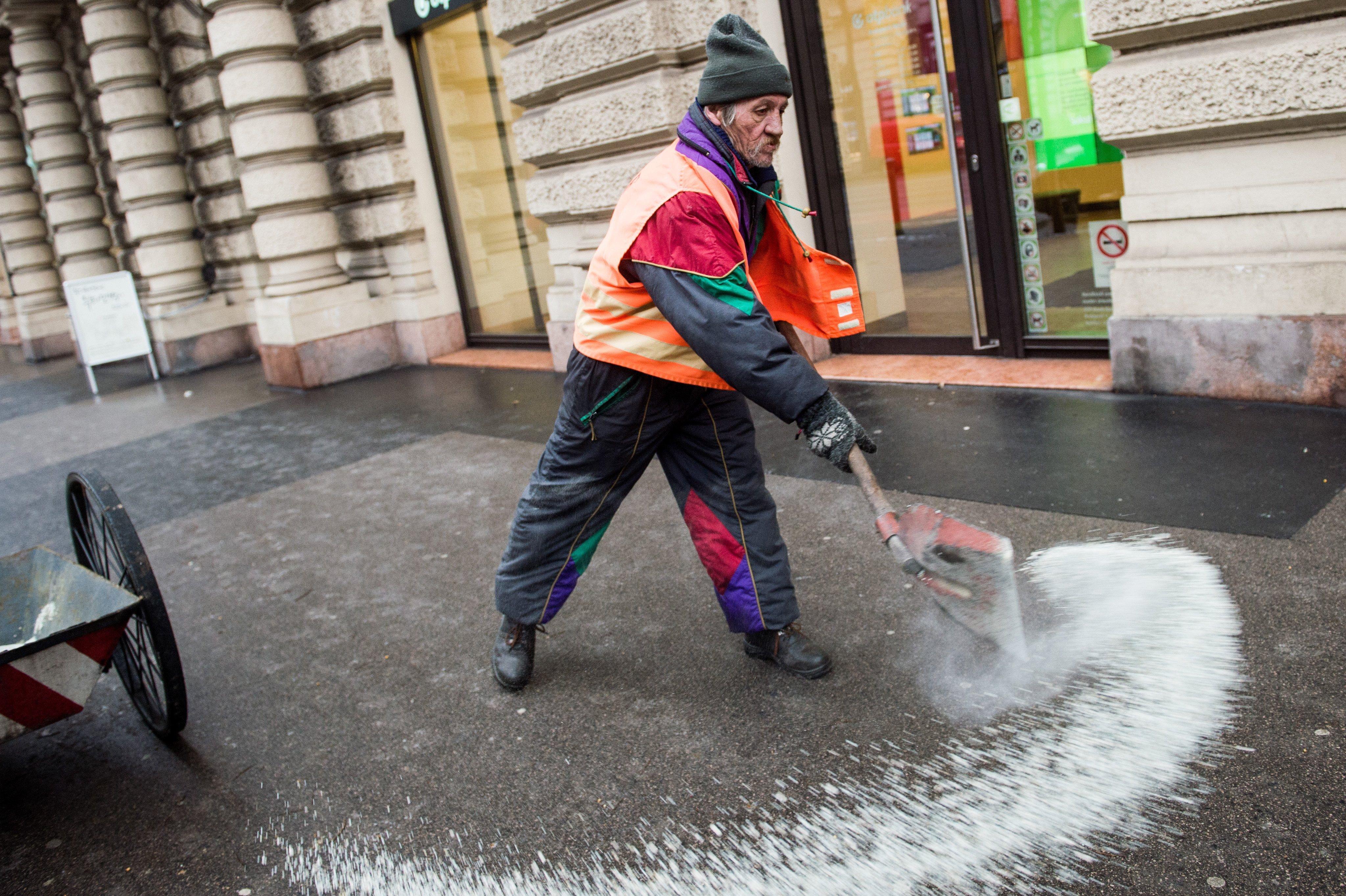 Az FKF azt állítja, a létszámhiány és az influenzajárvány miatt nem tudja eltakarítani a jeget