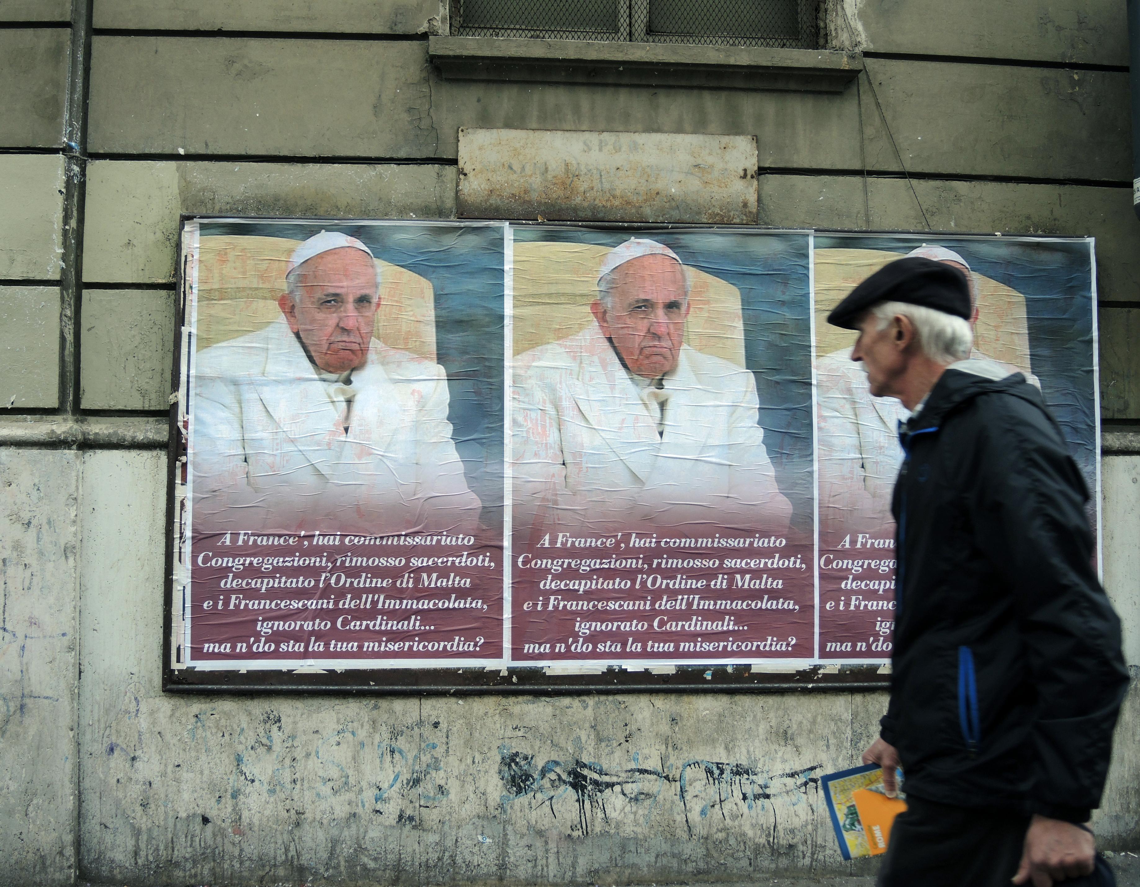 Ferenc pápát támadó plakátok lepték el Rómát