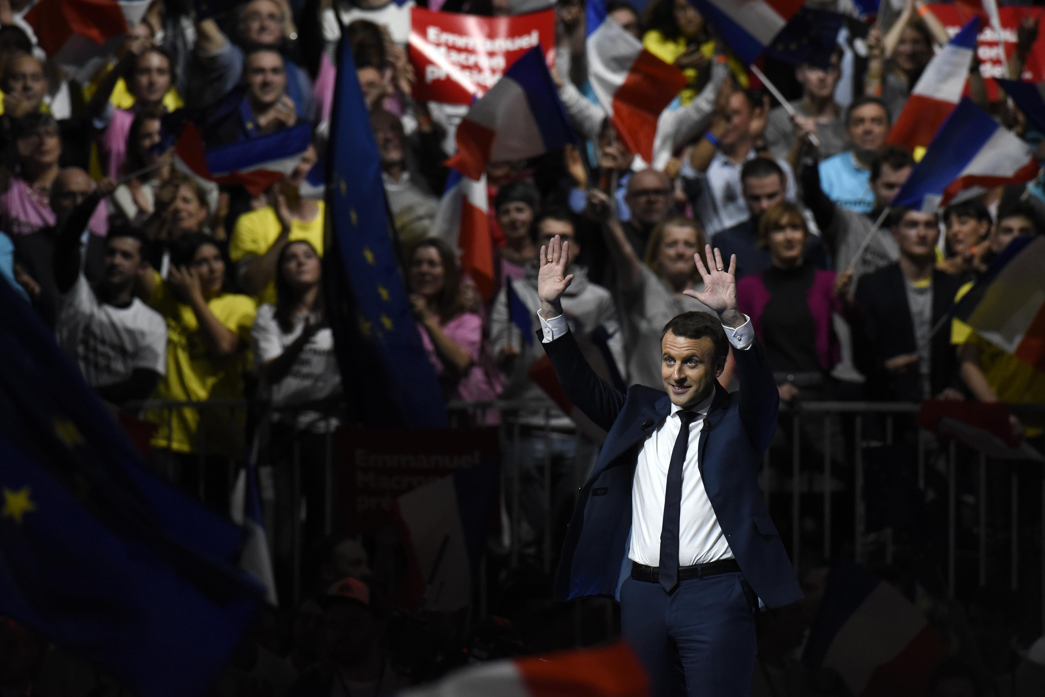 Macron és Le Pen jutnak tovább a francia elnökválasztás második fordulójába az első becslések szerint