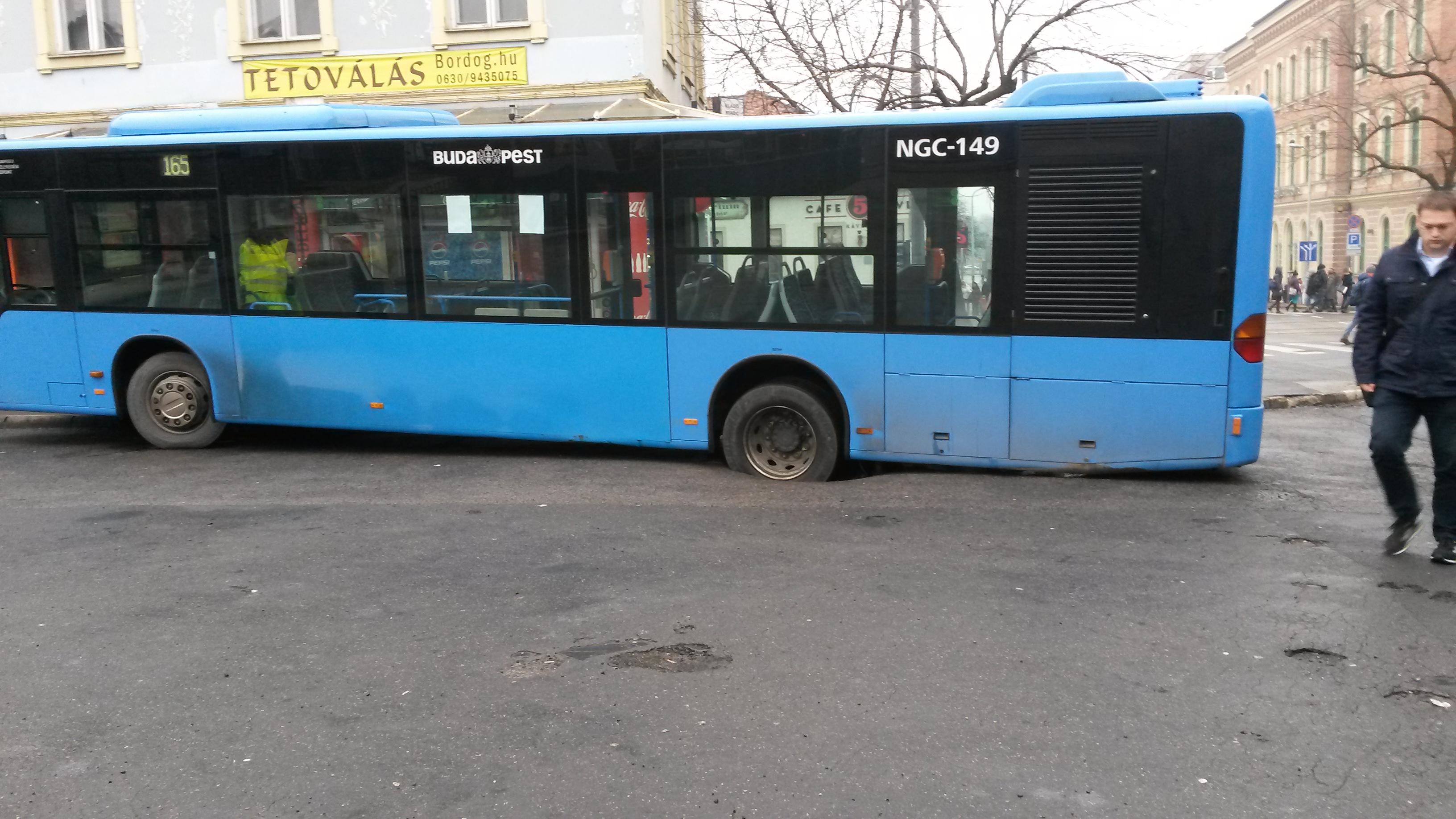 Beszakadt az aszfalt egy busz alatt a Kolosy téren