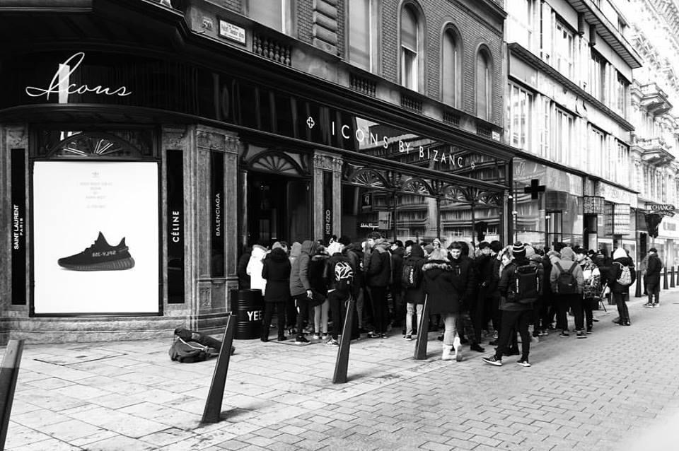 Ostromállapot alakult ki Budapest belvárosában Kanye West új cipői miatt