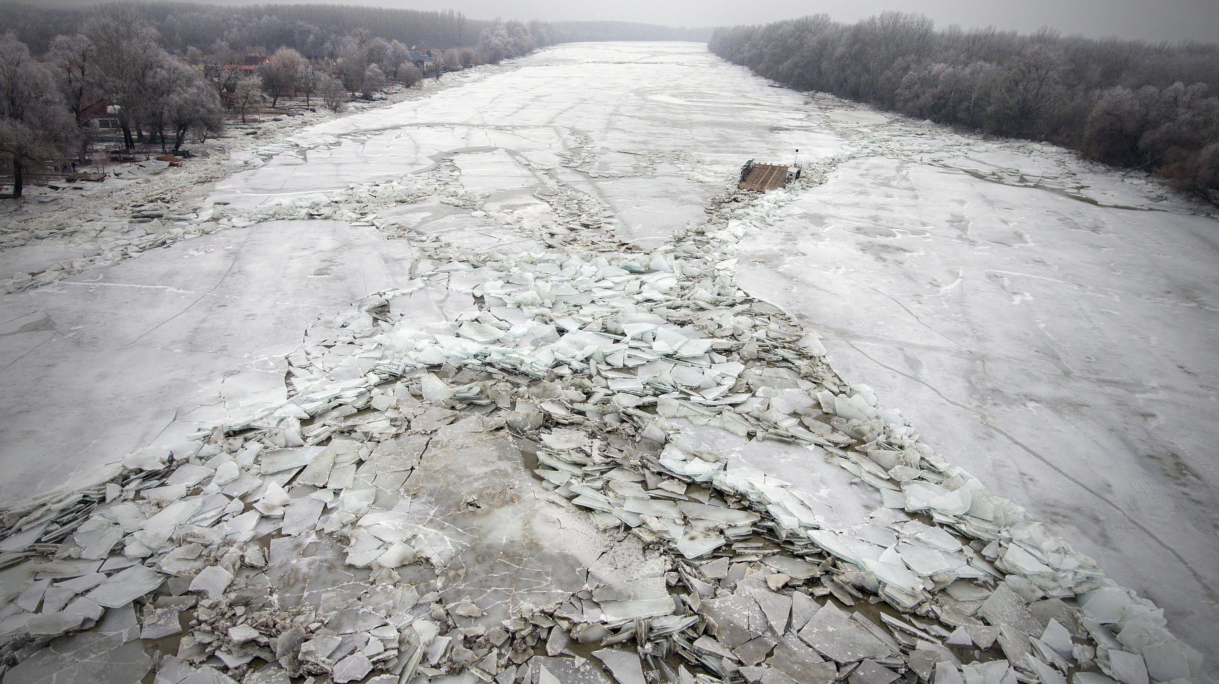 Drónvideó a jégárba szorult tiszai kompról
