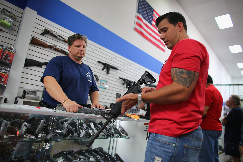 Az amerikai fegyverlobbi gyávának tartja azokat a cégeket, amik szerződést bontottak velük a floridai mészárlás után