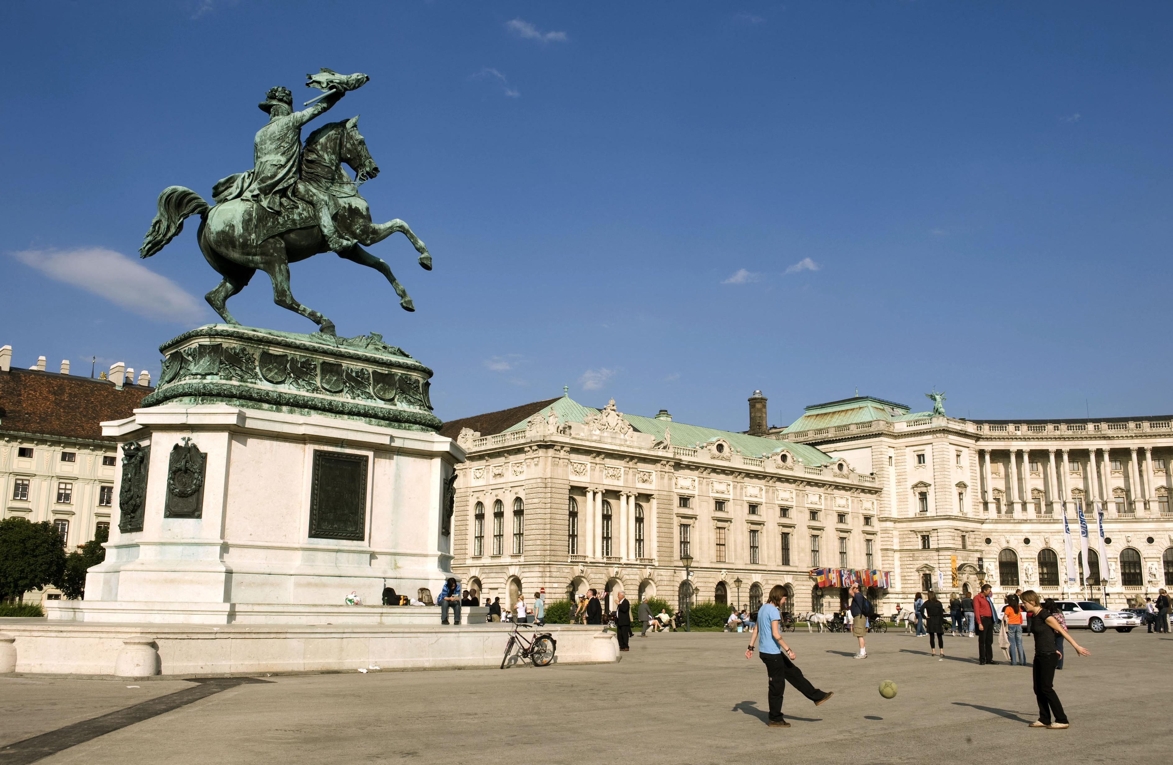 14 és 15 éves, gyermekotthonból megszökött lányokat vittek ki prostituáltnak Bécsbe