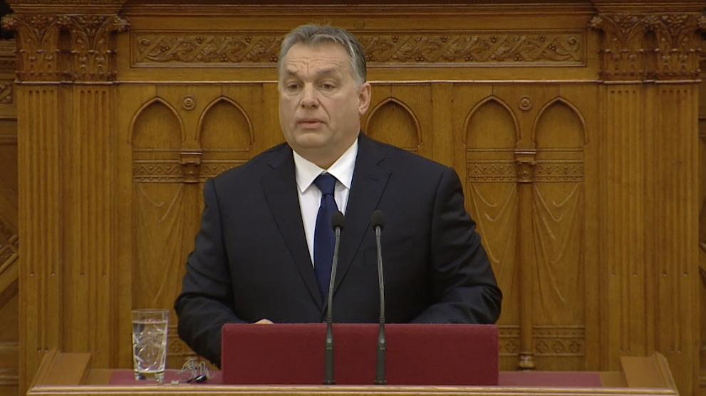 Orbán Vonának: Nem én szoktam más férfiak szoknyája mögé bújni!